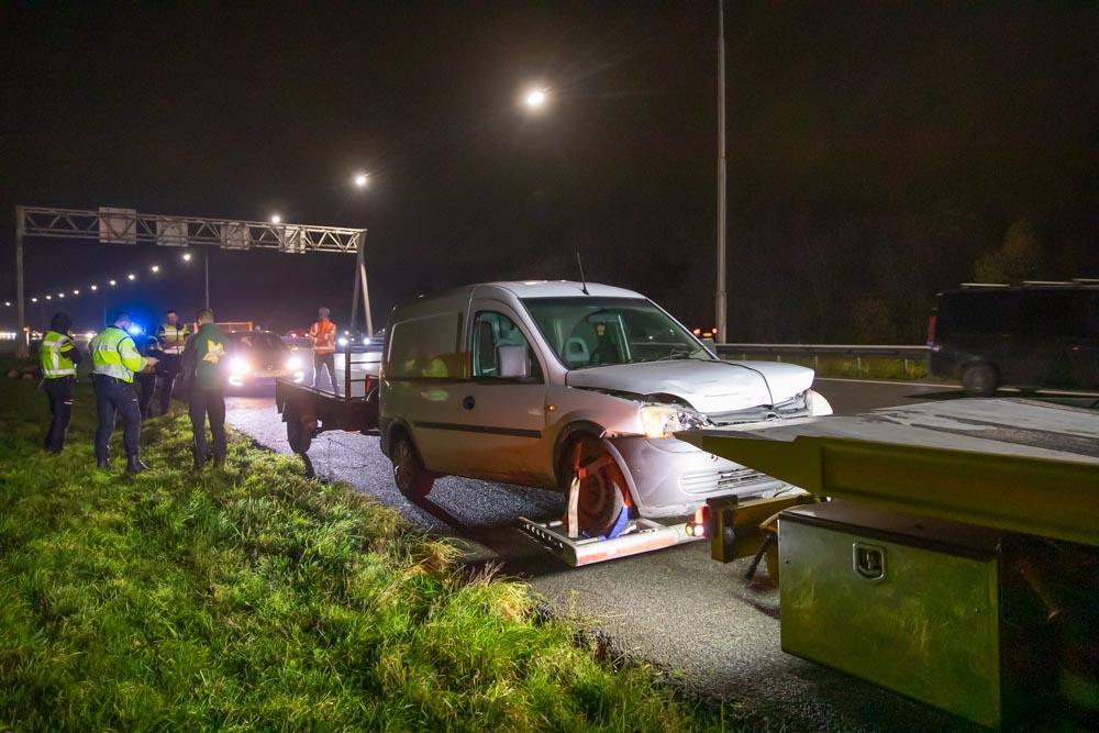 Auto met aanhanger geschaard; boomstammen op de A1 richting Eemnes