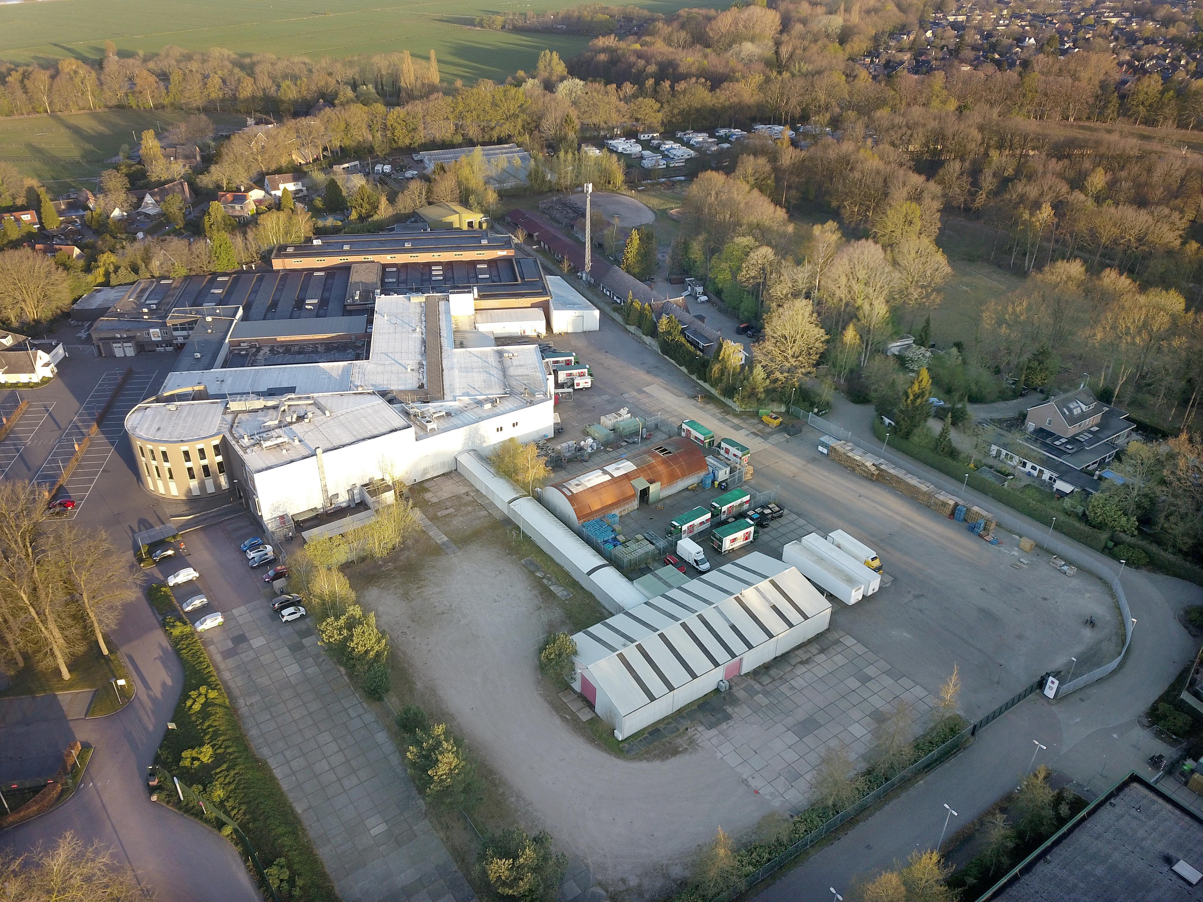 Welke school verhuist naar Hocrasterrein en kunnen leerlingen daar wel veilig komen? Gooise Meren wil 75.000 euro voor verder onderzoek, maar veel hangt af van monumentenstatus paardenstallen