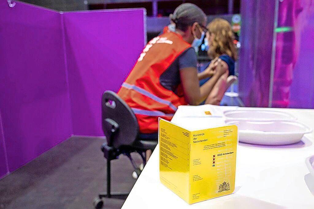 Stormloop op 'coronastempel' bij Gooise GGD; zo'n vijfhonderd inwoners laten vaccin alsnog bijschrijven in gele boekje