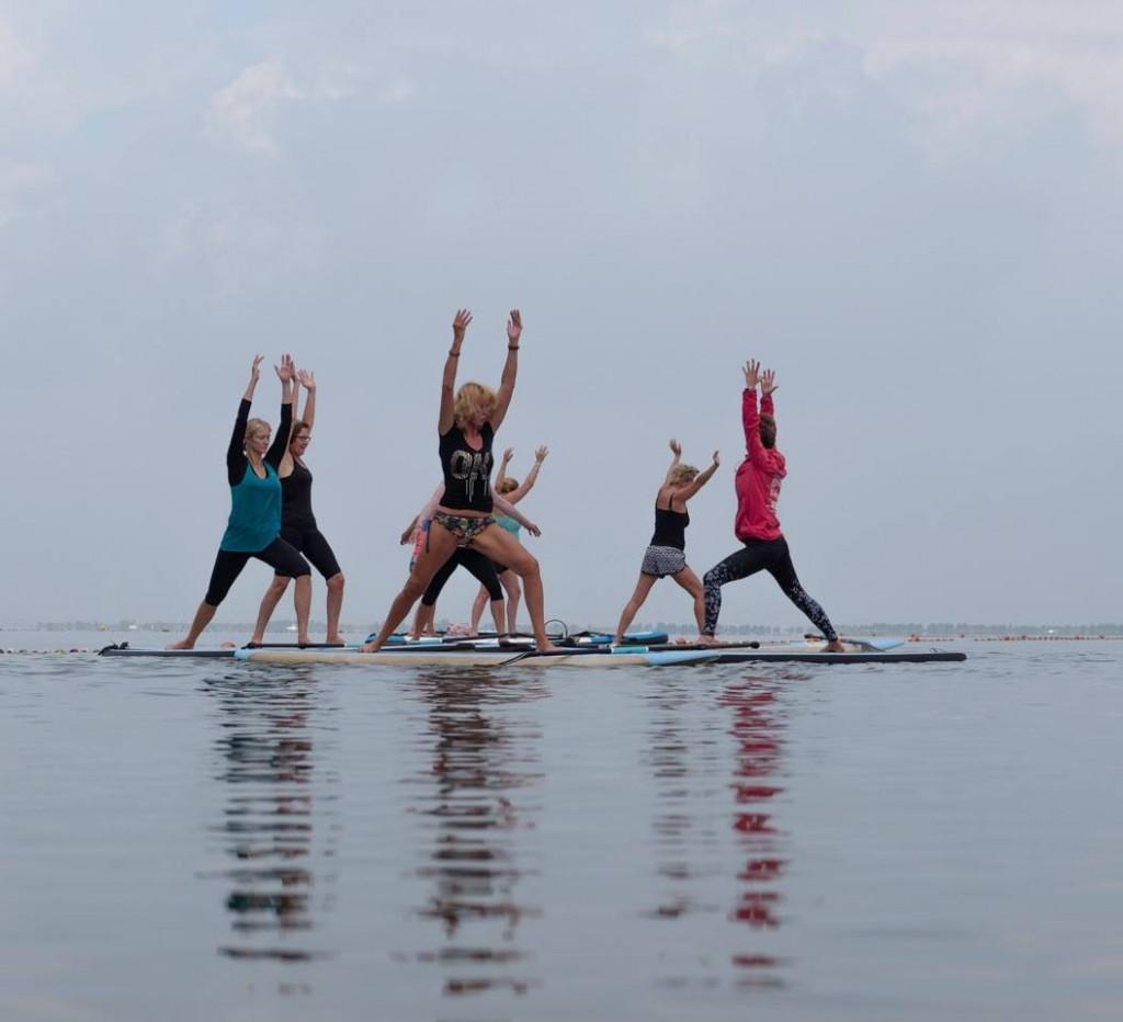 Yoga op een surfboard op de Vecht