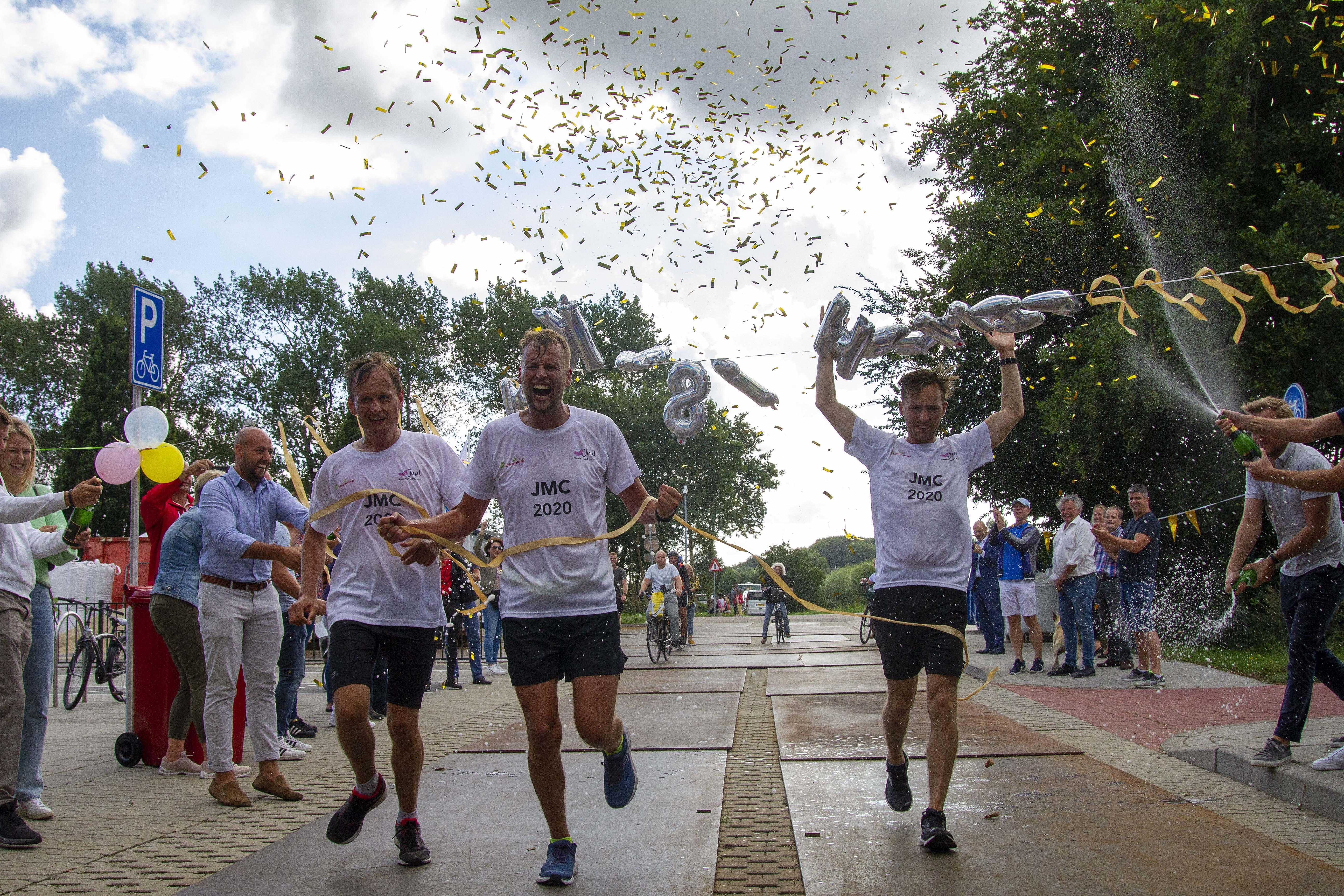 Drie Katwijkers hollen bijna anderhalve marathon over het strand voor het goede doel [Fotoserie]