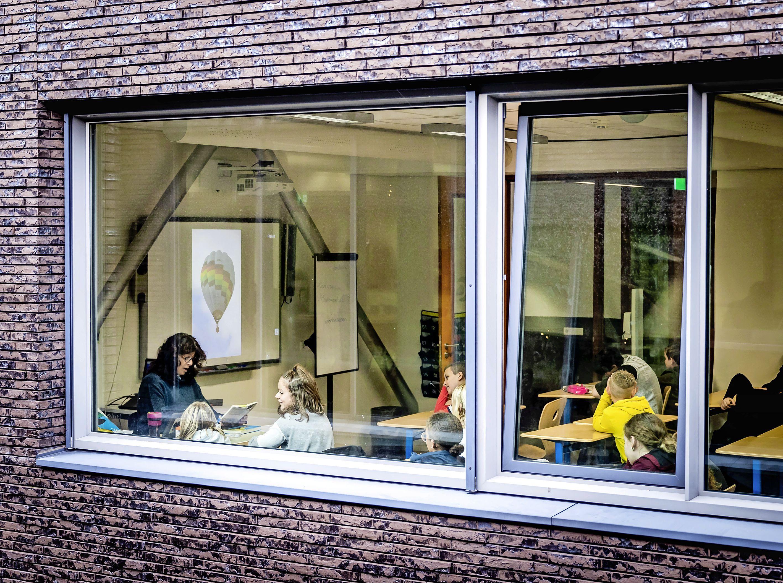 Zelfs in 2021 hangt er een bedompte lucht in Nederlandse klaslokalen. Dat moet snel anders | Commentaar