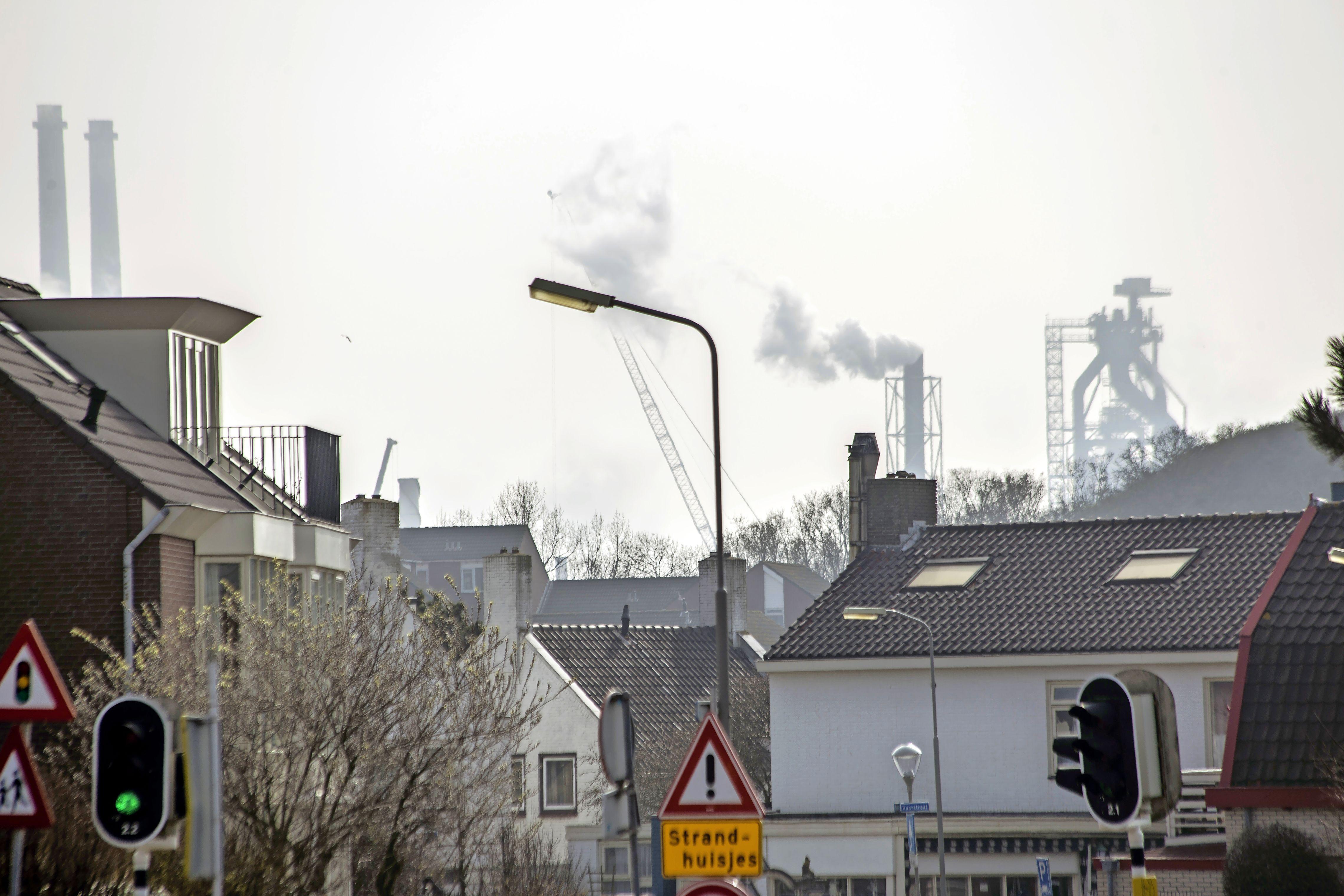 Onder het neerdwarrelend staalstof van Tata stemt Wijk aan Zee groen. 'Dit is het klimaatalarm in stembusvariant'