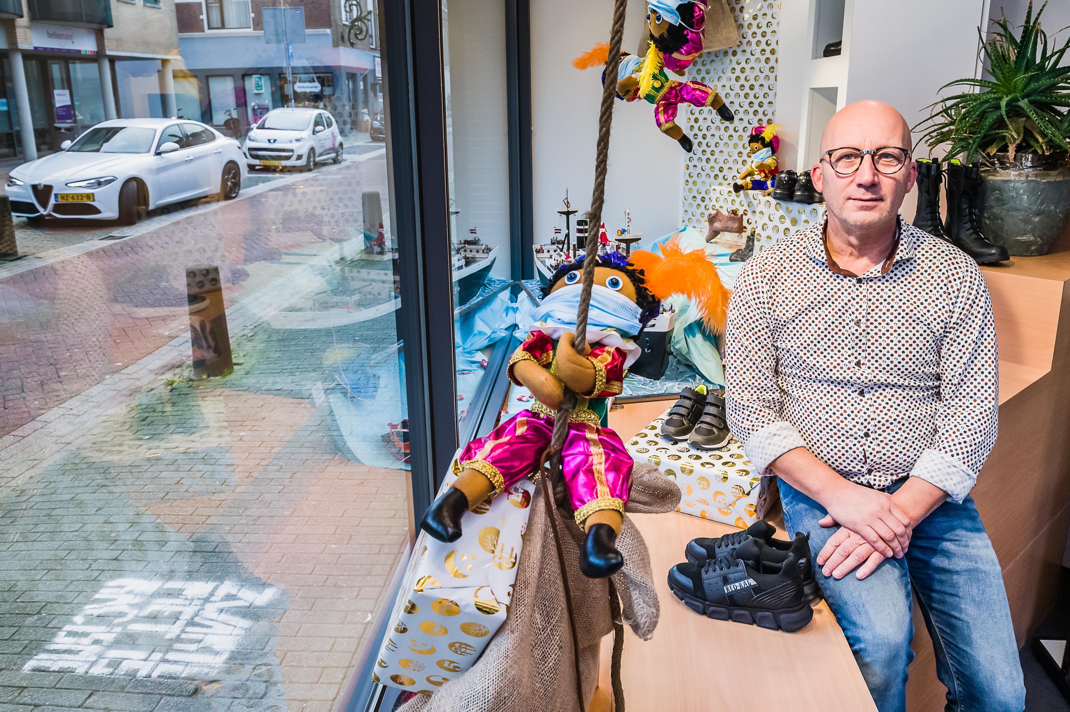 Winkelier is anti-Pietenactie zat: 'Mijn sinterklaasetalage is dit jaar voor het laatst'; centrum Krommenie opgeschrikt door bekladding 'Zwarte Piet is racisme'