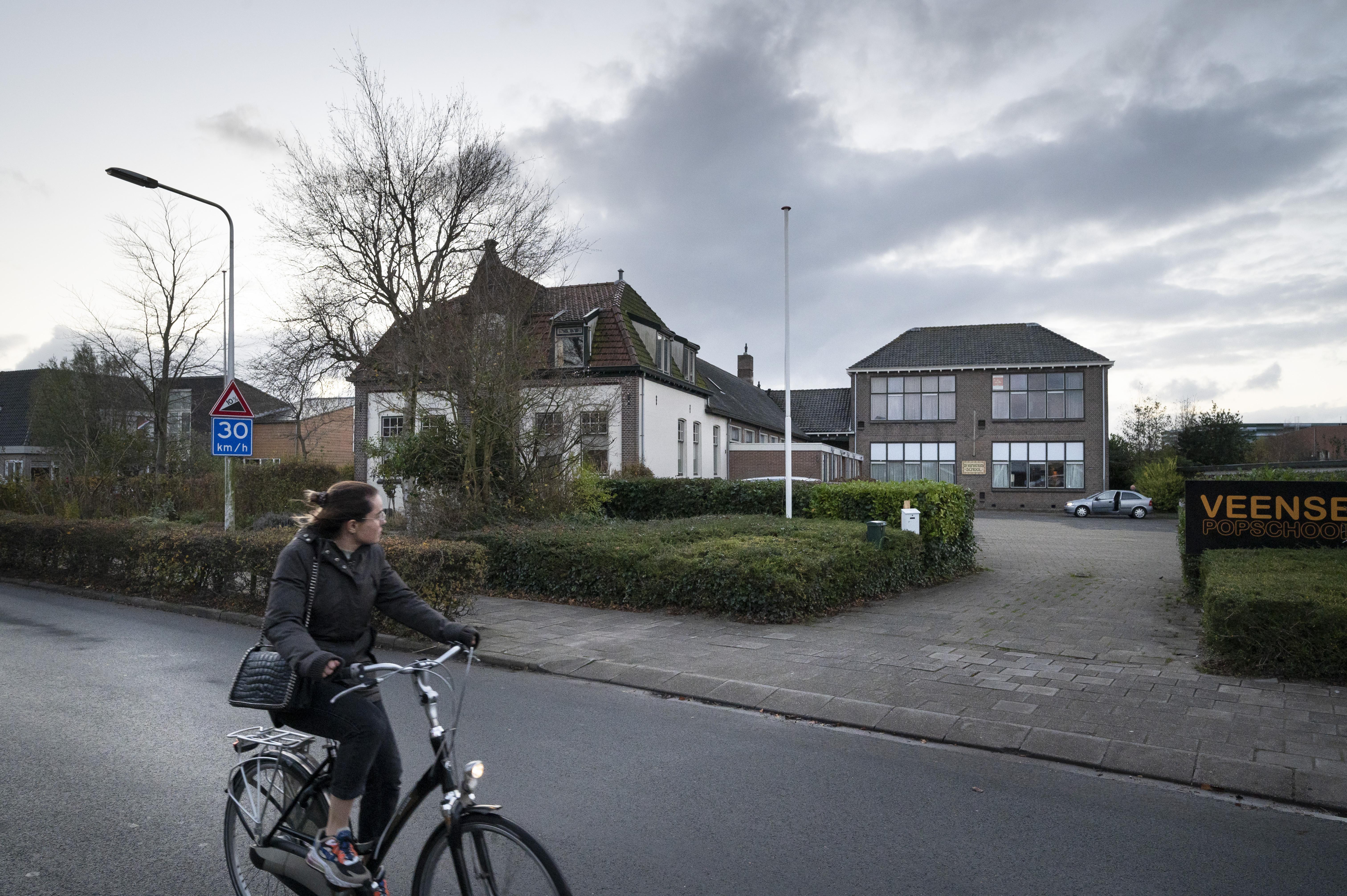 Hoogbouw voormalige St. Ignatiusschool in Roelofarendsveen in de verkoop: wie het markante pand weet te behouden, heeft streepje voor