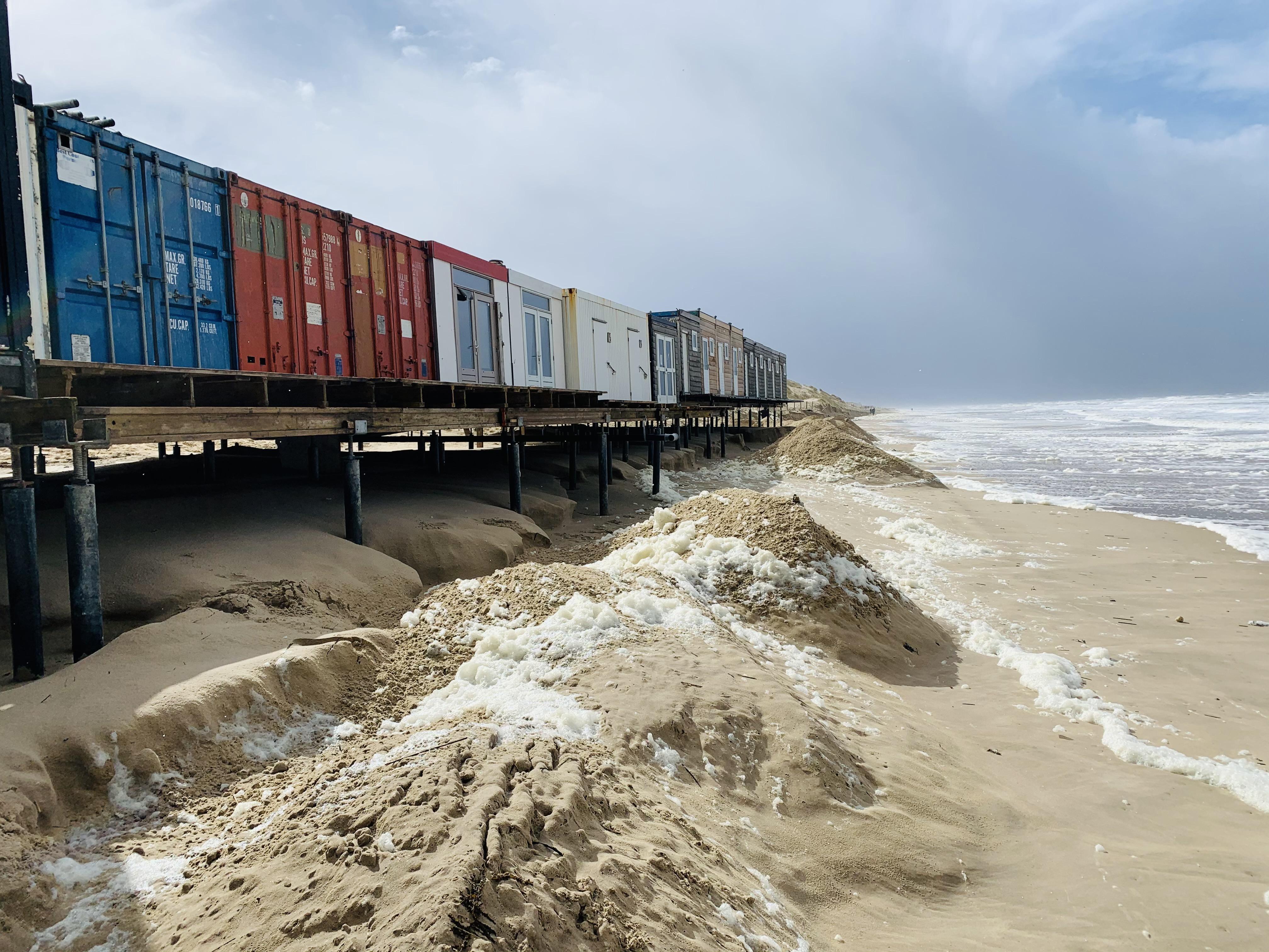 Onstuimige zee hapt deel van Castricums strandpaviljoen Bad Noord weg: 'Het stond allemaal net. Nu ben ik terug bij af en misschien wel verder terug'