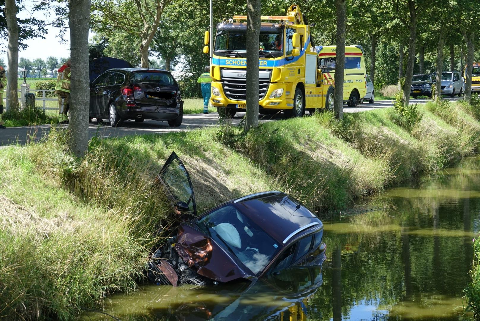 Botsing in Middenbeemster; auto glijdt sloot in