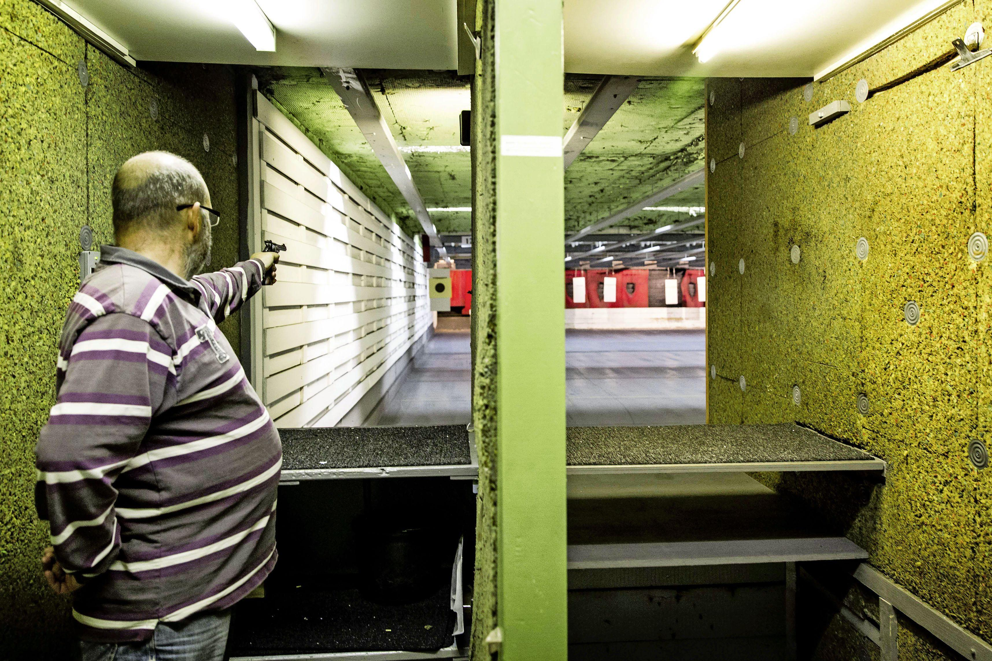 Een biertje te veel kan al betekenen: vuurwapens inleveren. Toch is de controle op wapenvergunningen tien jaar na 'Alphen' nog altijd mensenwerk