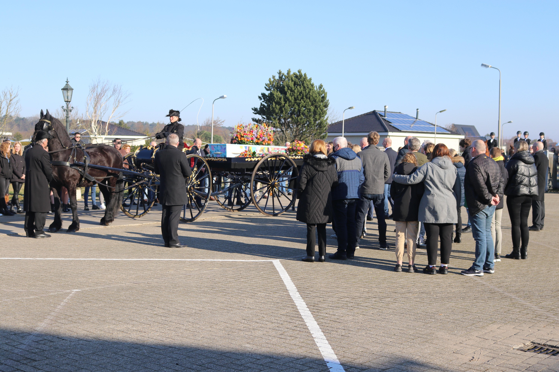 Erehaag Honderden dorpsbewoners nemen afscheid van verongelukte Aileen Noordermeer (15)