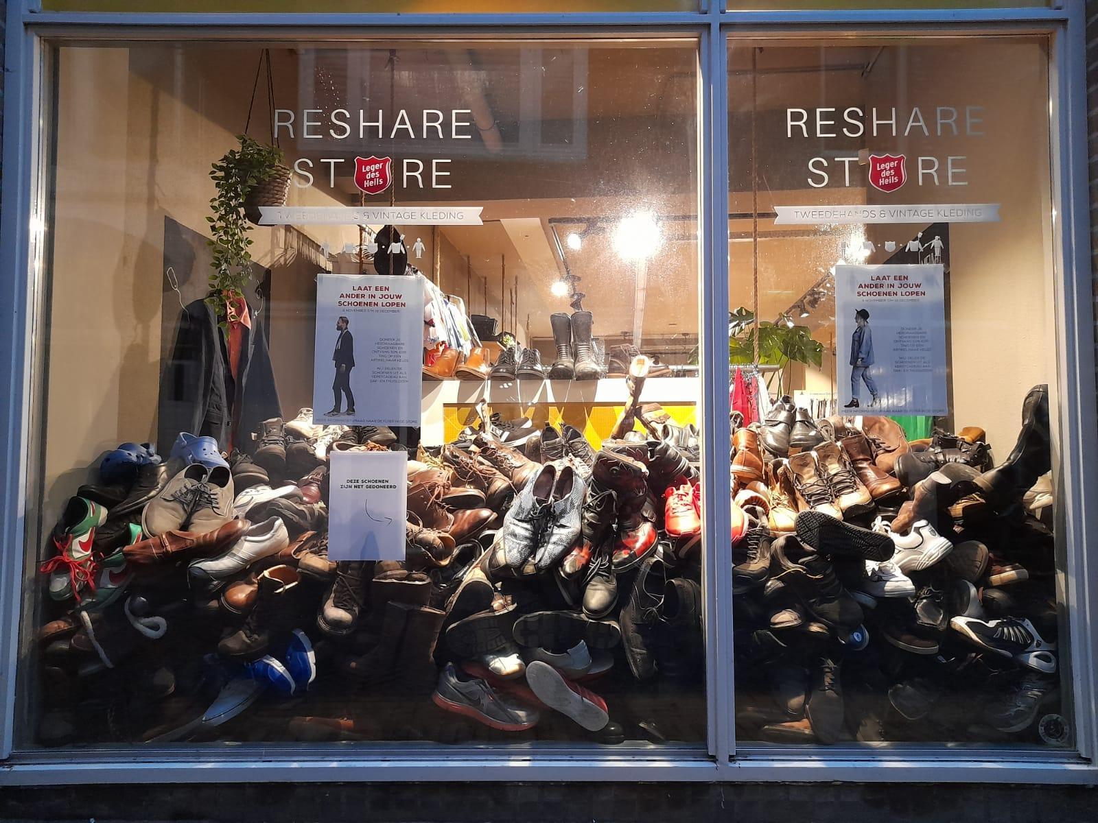 Daklozen blij in de rij voor succesvolle schoenenactie. 'Ze lopen net zo lang door op schoenen tot de zolen compleet weggesleten zijn. Desnoods lopen ze op slippers'