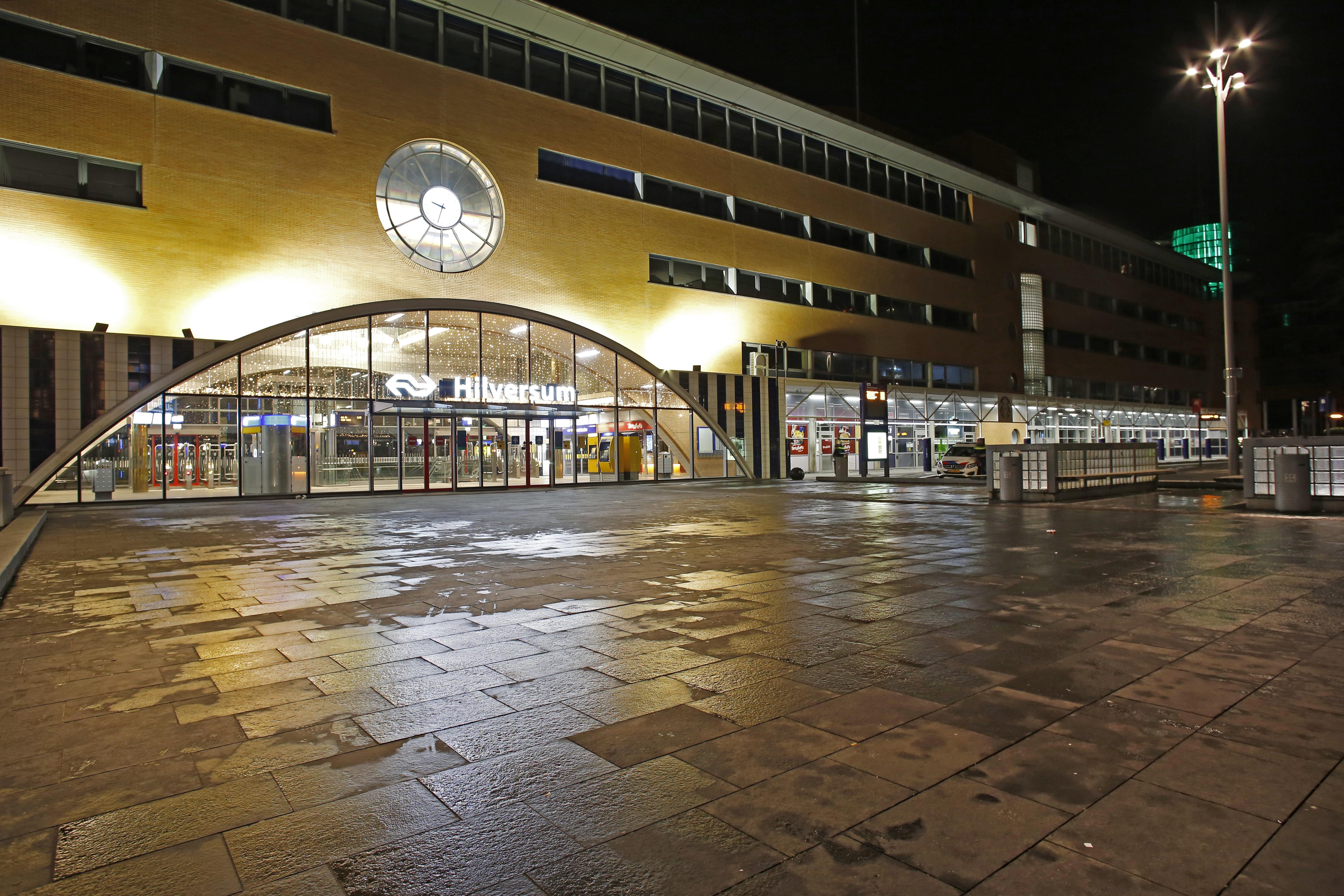 Avondklok goed nageleefd in Hilversum; uitgestorven straten en wie wel buiten was, had zijn papieren meestal op orde