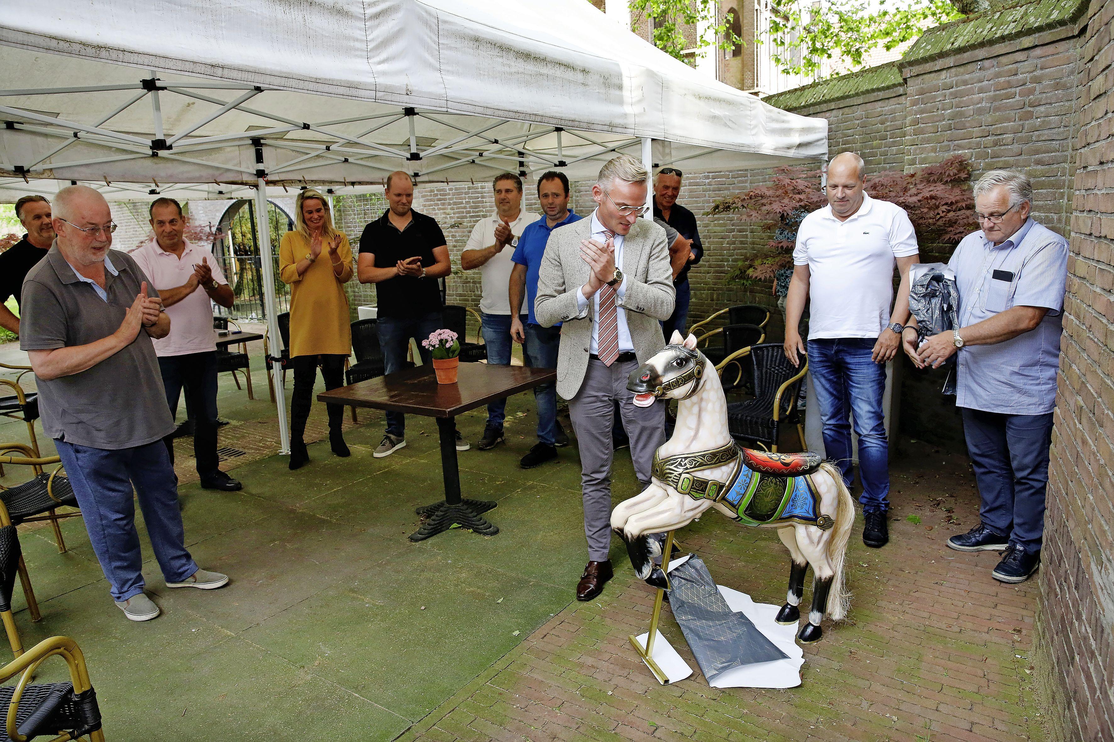 Kermisexploitanten overhandigen kermispaard aan Larense burgemeester; 'Hoe mooi om al die botsauto's weer te zien krioelen. Ik was als een kind zo blij'