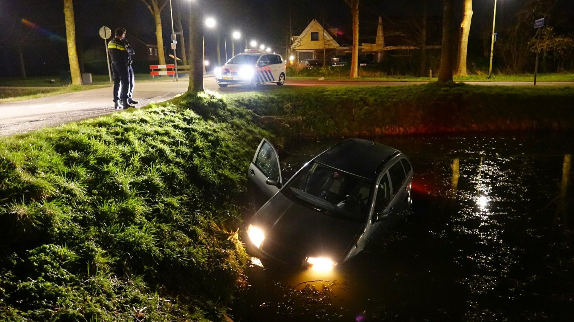 Automobilist onder invloed vliegt uit de bocht en raakt met zijn wagen te water in Hoorn