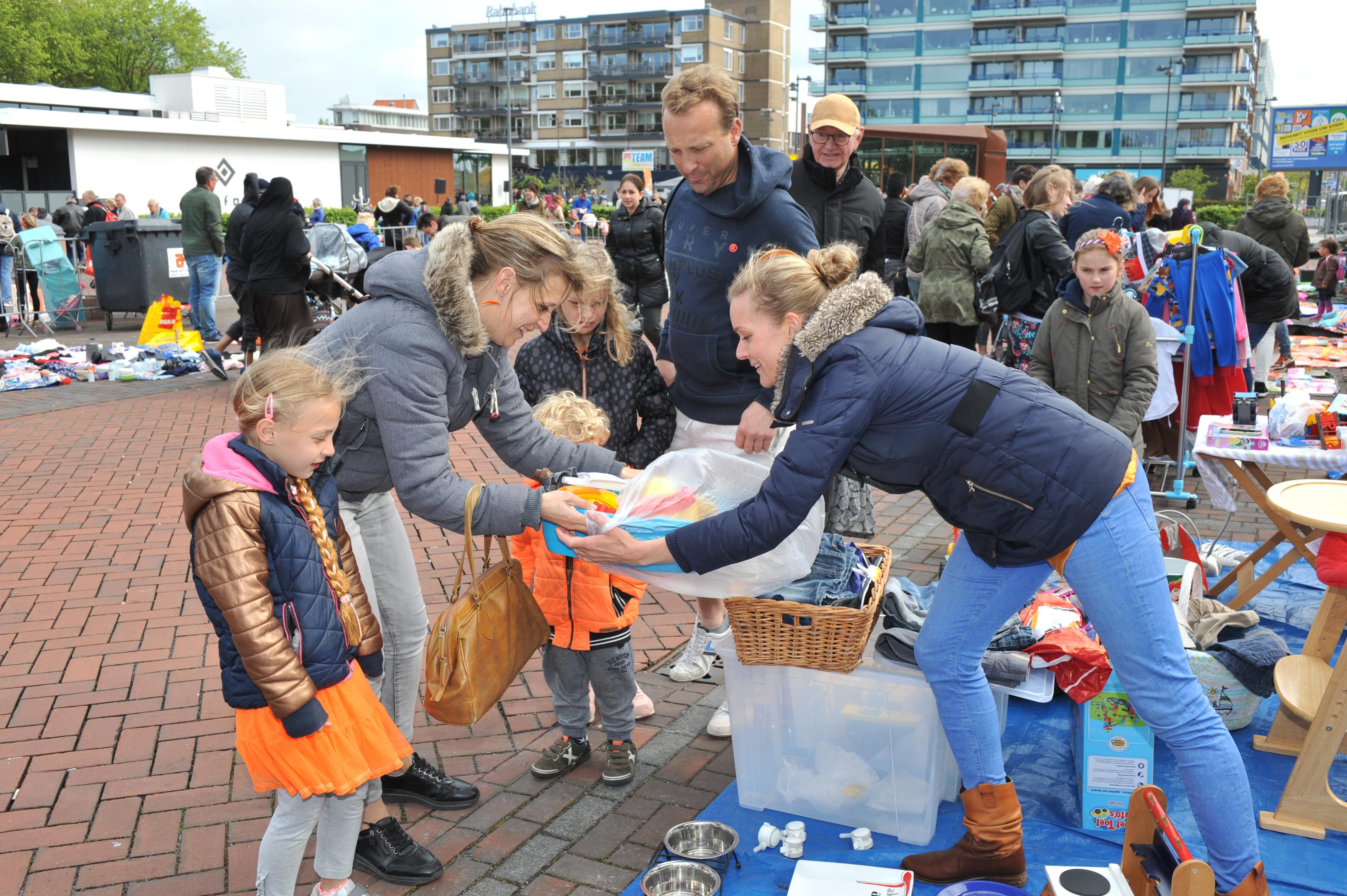 Echte bikkels laten zich niet weerhouden door een hoosbui en staan gewoon op de vrijmarkt Beverwijk, Heemskerk en Uitgeest