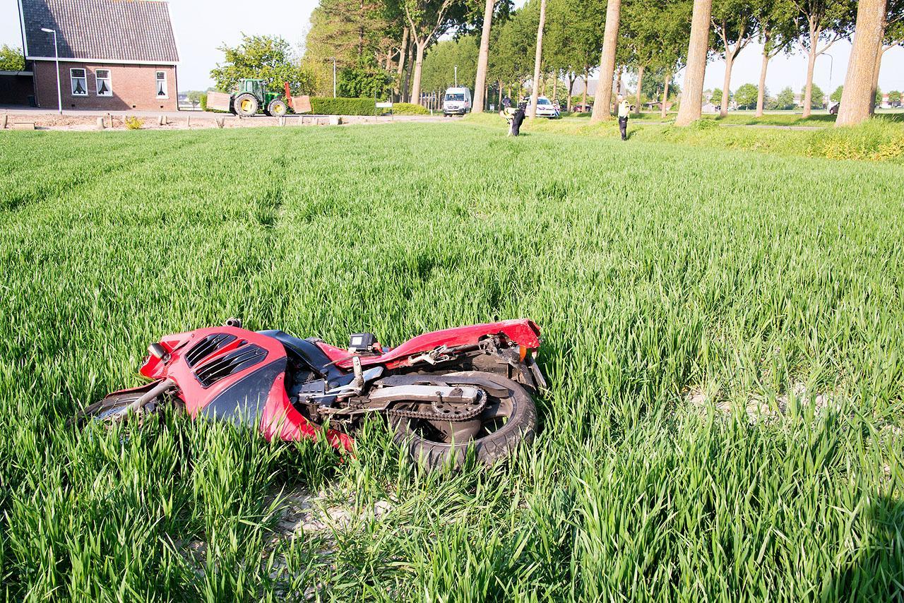Motorrijder rijdt 60 meter het weiland in bij uitwijkmanoeuvre in Abbenes