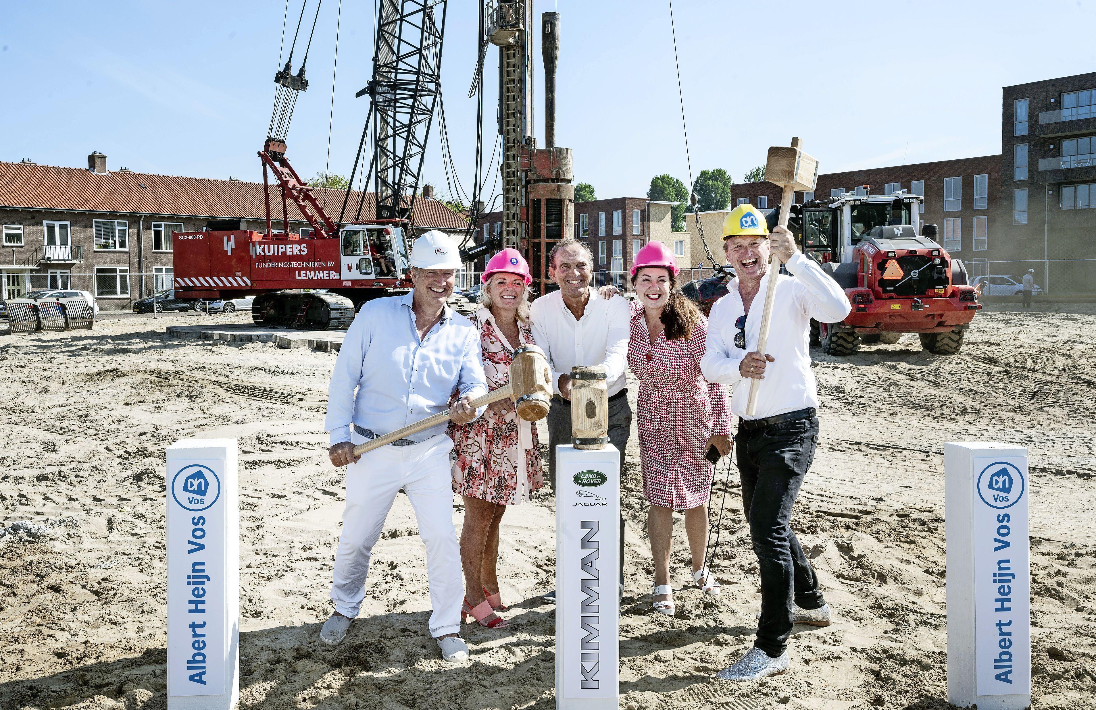 Eerste palen voor nieuwe Albert Heijn aan de Schipholweg zitten in de grond: 'Het voelt heel lekker'