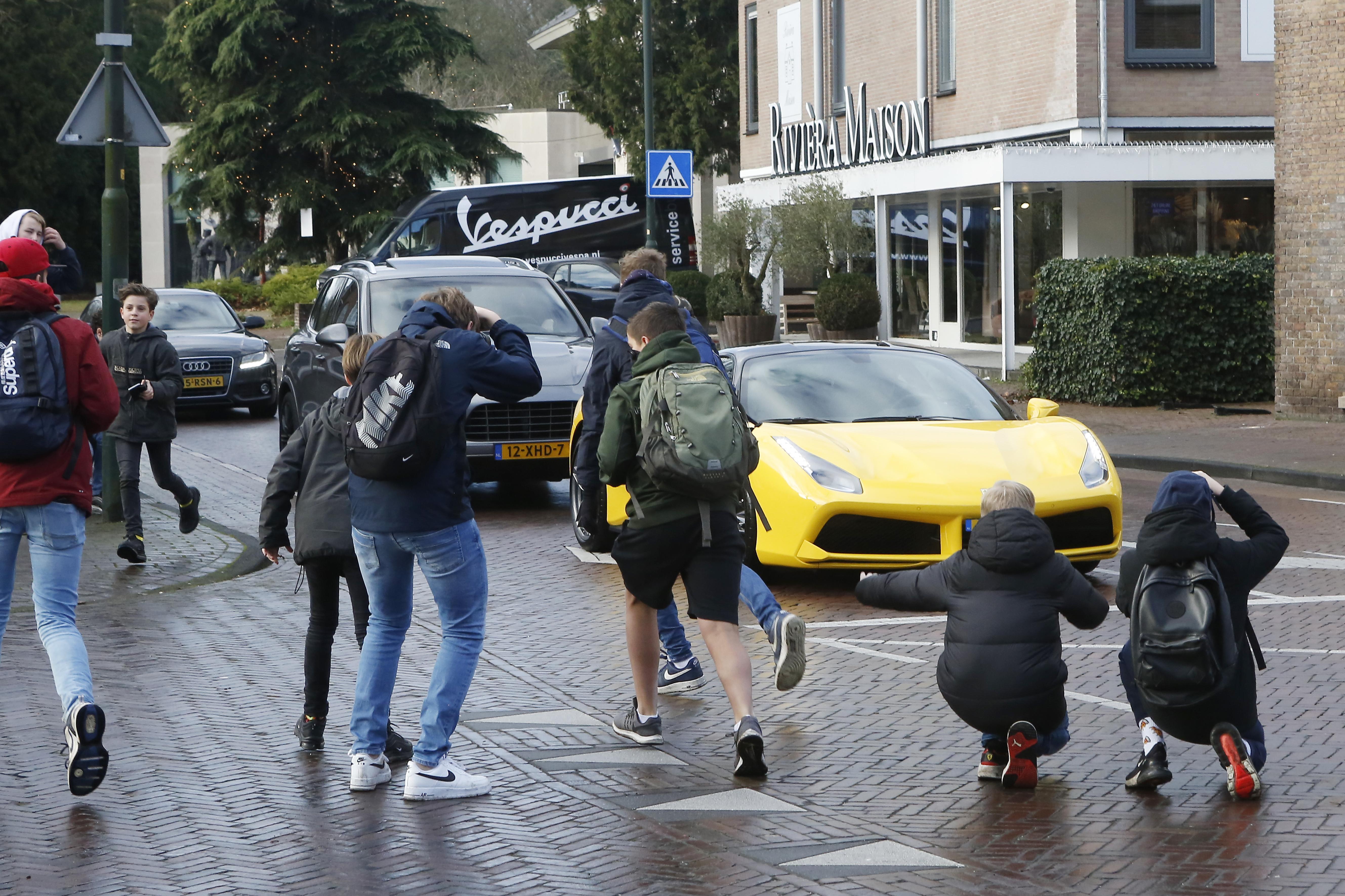 Larense toestanden in Soest? 'Carspotters' op Koningsweg en Nieuwerhoekplein; Politie waarschuwt: 'Wij snappen dat dit super leuk is maar het kan ook gevaarlijk zijn!'