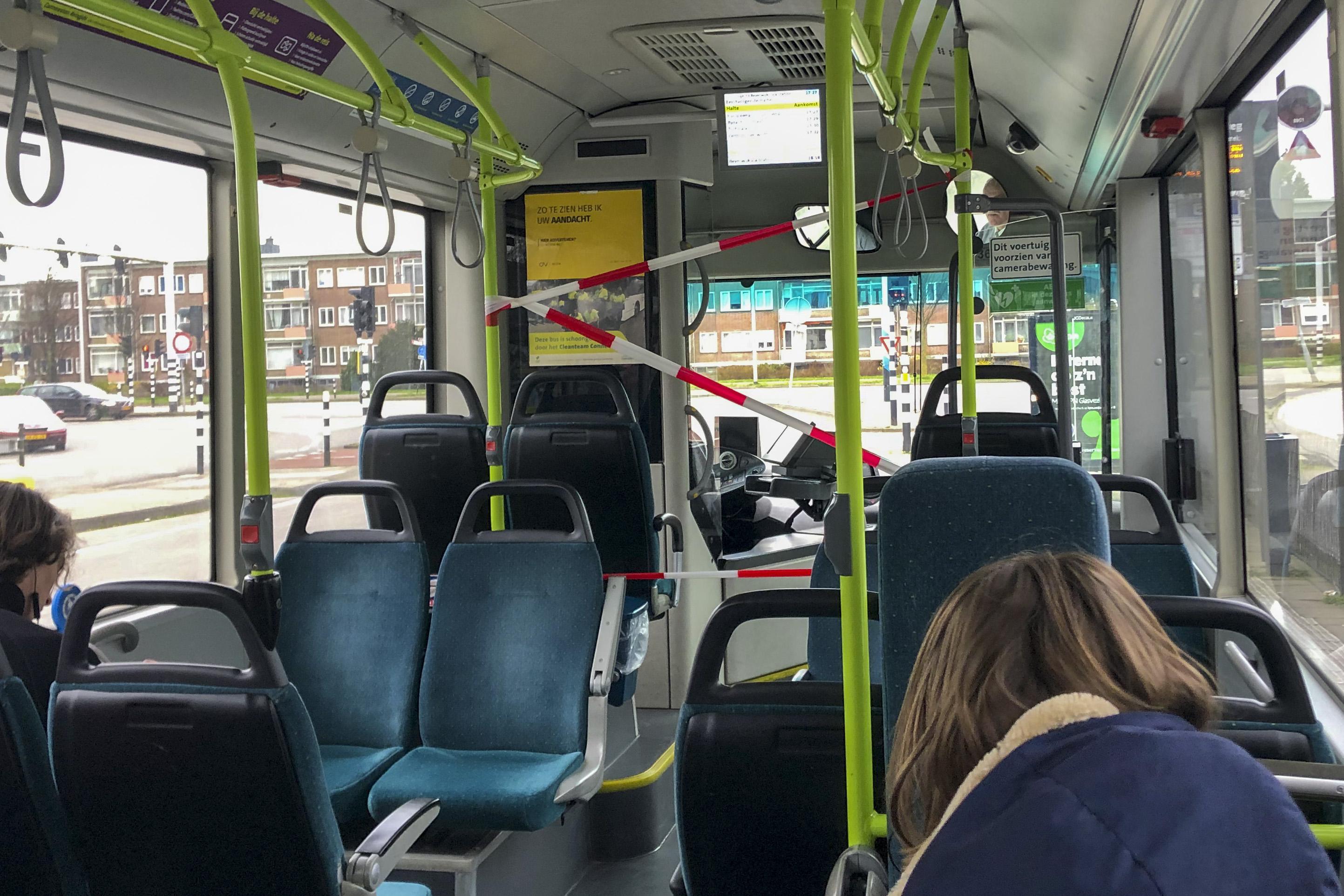 Meer treinen en bussen om drukte op te vangen: 'In een scholierenbus passen met anderhalvemeterregel maar tien of elf reizigers'