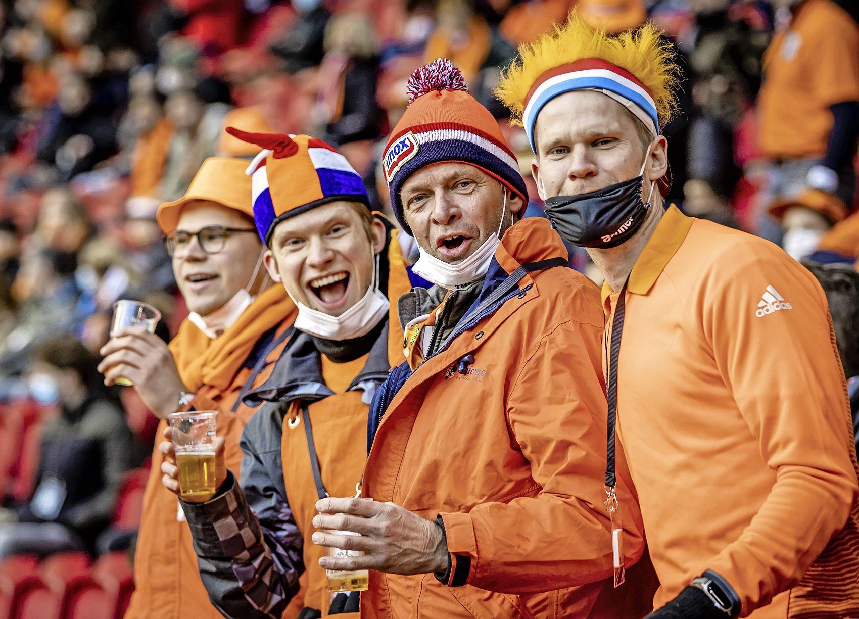 'Oranjefans laat je hóóoren' roept de speaker bij Nederland-Letland, en dat doen de vijfduizend supporters