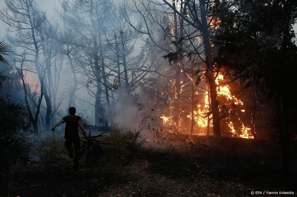 Inwoners Athene moeten binnen blijven om grote natuurbrand