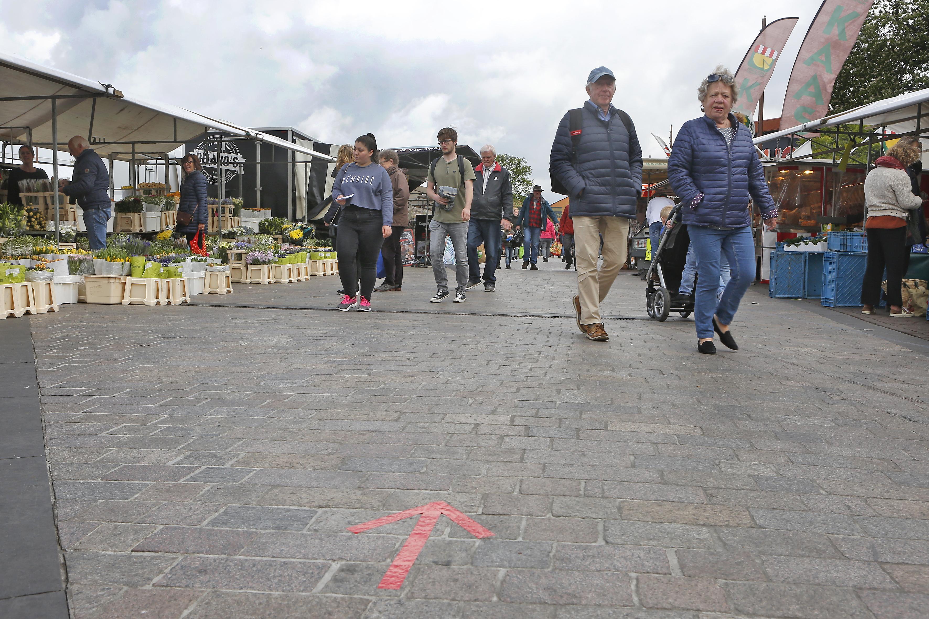 Eenrichtingsverkeer op markt Hilversum behoorlijk vaag; 'Iedereen loopt gewoon door elkaar'