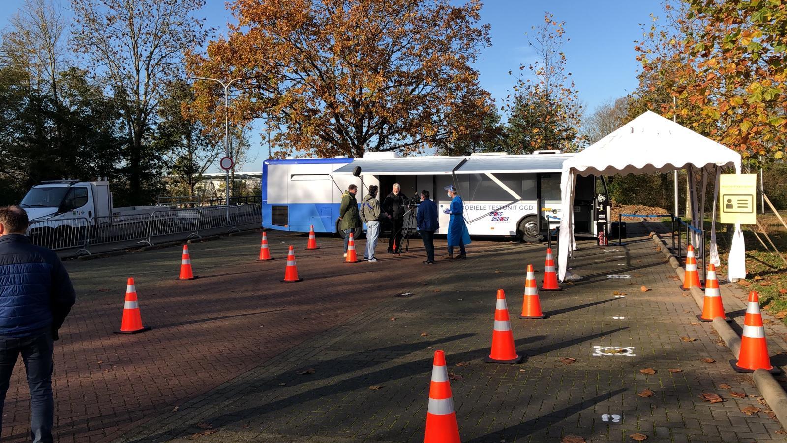 GGD zet reizende testlocaties in. Hillegom heeft de primeur met testunit voor corona in omgebouwde stadsbus