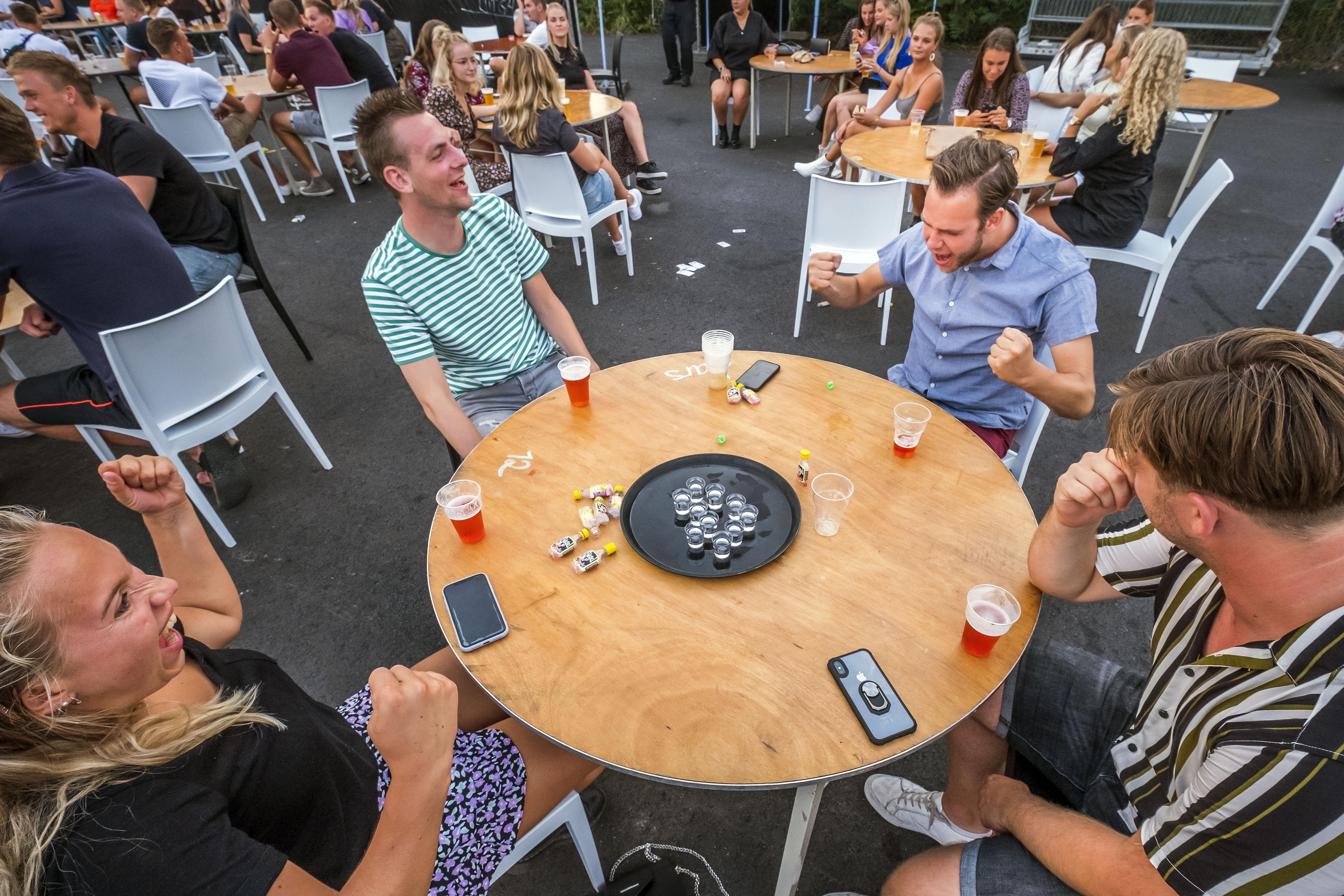 Vier aan een tafel, blijf op je plek en ga niet rondlopen: kermis Warmenhuizen is 'gek, anders, maar wel gezellig'