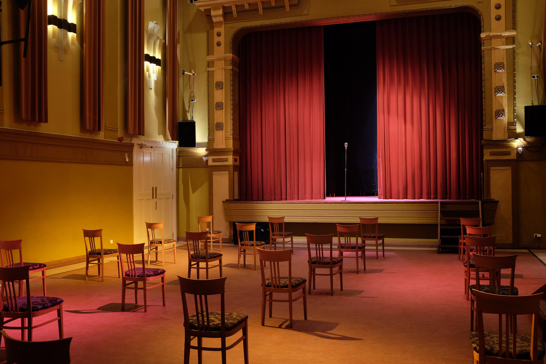 Theaters en bioscopen weer open na twee weken stilte. 'Dagtaak om alles om te boeken', zegt Paula Blom van 't Mosterdzaadje uit Santpoort-Noord