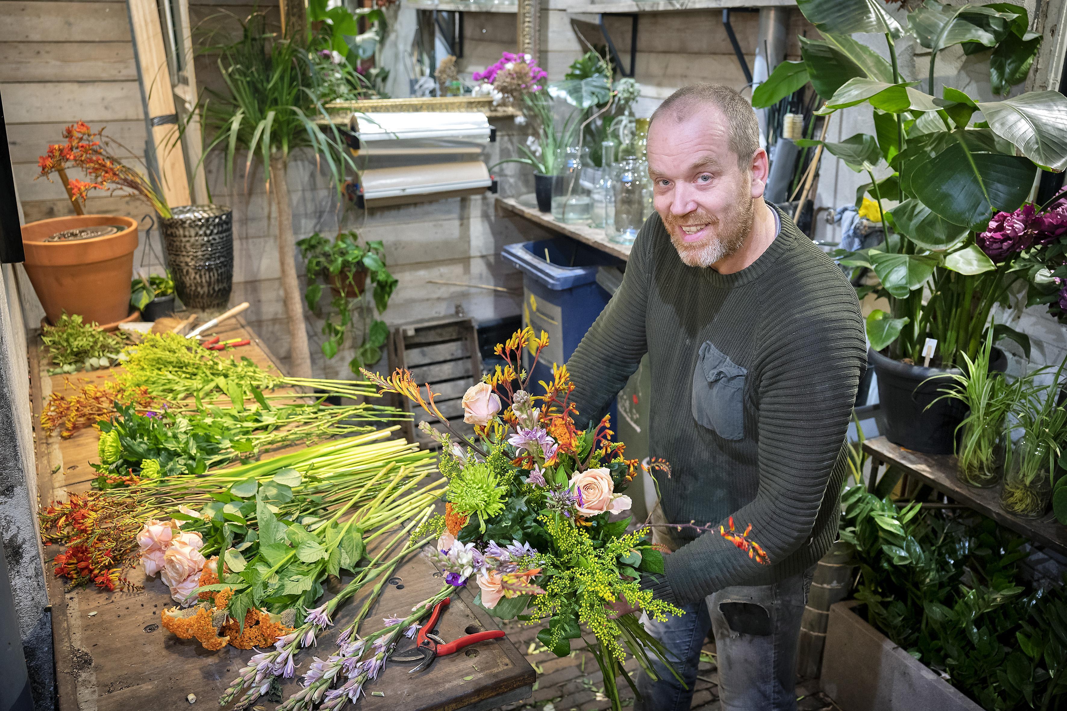Boeketten voor de politie niet aan te slepen bij Haarlemse bloemist Dennis; 'Eerst naar de veiling, anders heb ik niet genoeg bloemen'