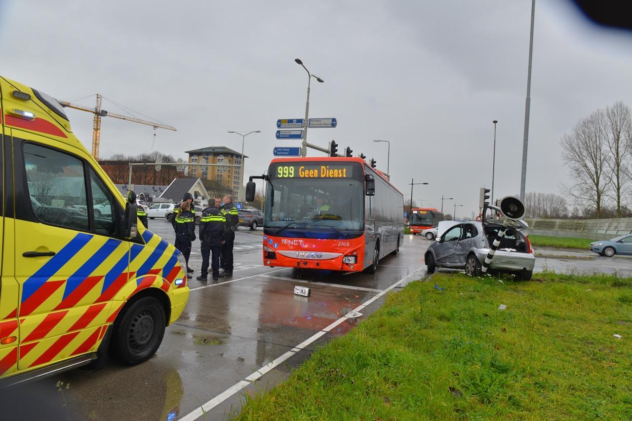 Moeder en kind gewond bij botsing tussen lijnbus en auto in Hoofddorp [update]