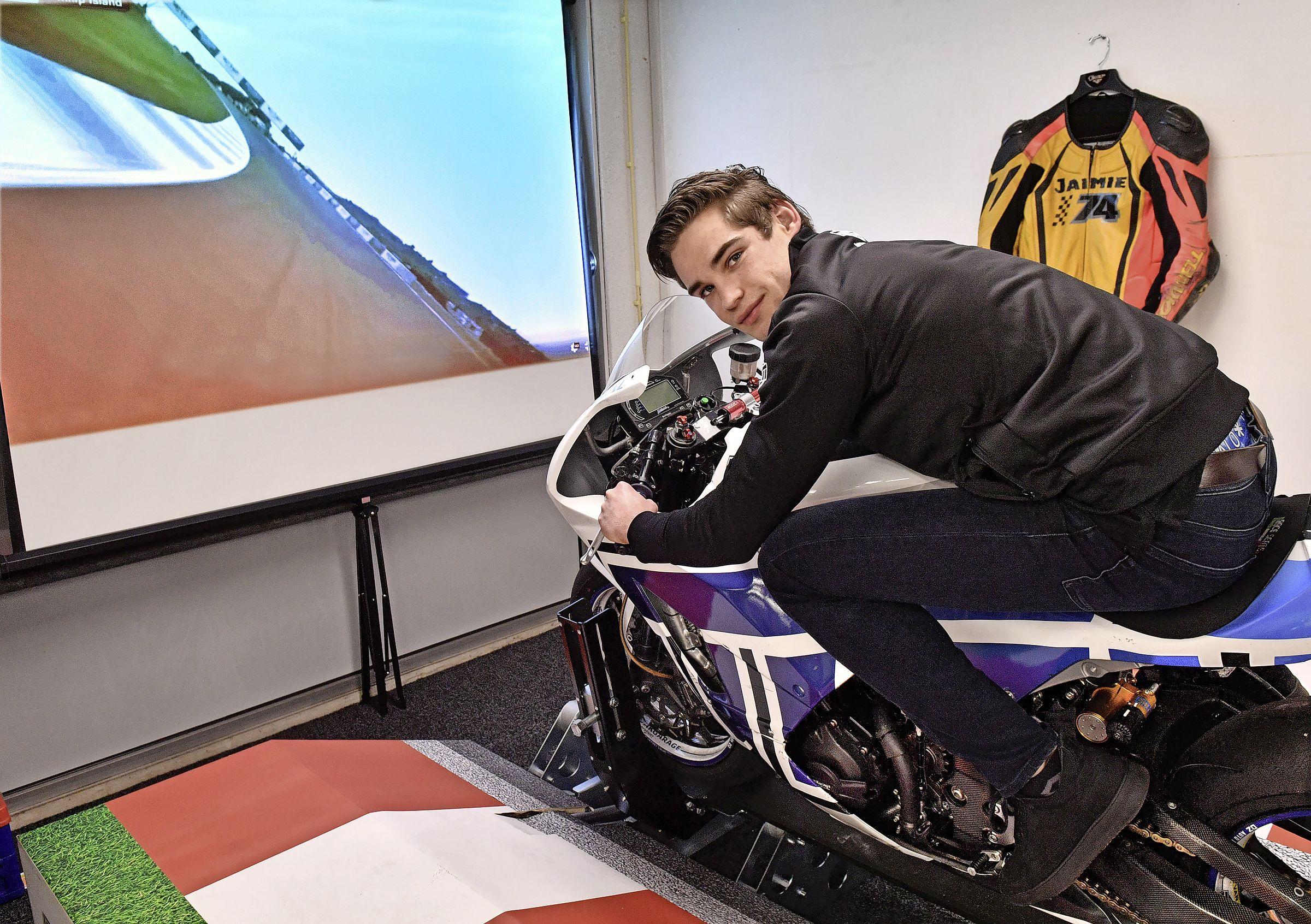Na zes zware operaties zit Jaimie van Sikkelerus weer op de racemotor: 'Ik was aardig zenuwachtig en benieuwd of ik geen pijn zou hebben'