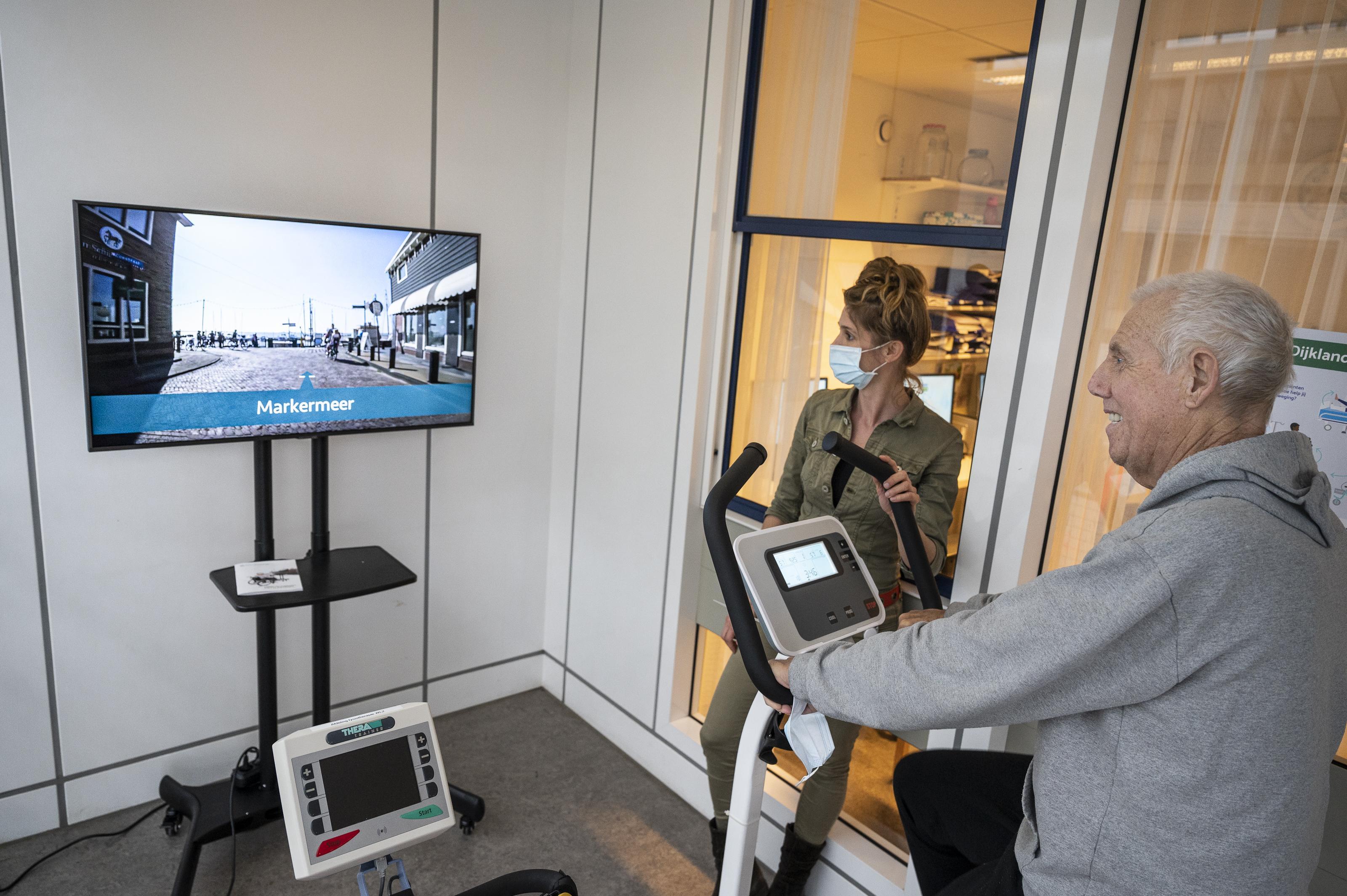 Patienten van het Dijklander Ziekenhuis moeten door voorlichting en hometrainers bij afdelingen meer bewegen: 'Je 'ligt' niet in het ziekenhuis'
