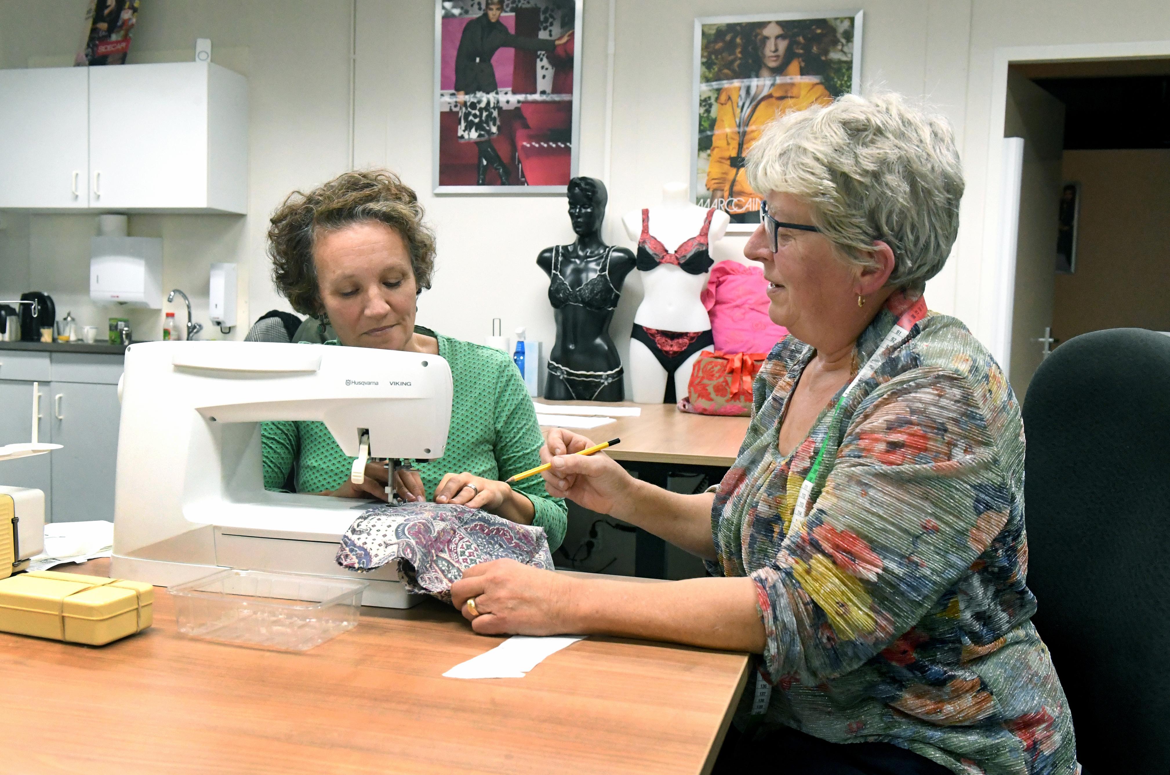 Zelf een kledingstuk maken geeft een enorme kick, zeggen cursisten. 'Ik zal niet gauw iets via internet bestellen'