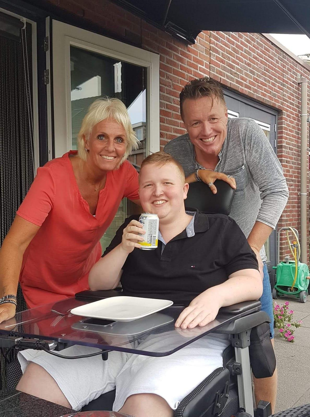 Invalidenbus van zwaar gehandicapte Mark (19) gestolen. Moeder Monique in tranen. 'Die bus is voor Mark van levensbelang'