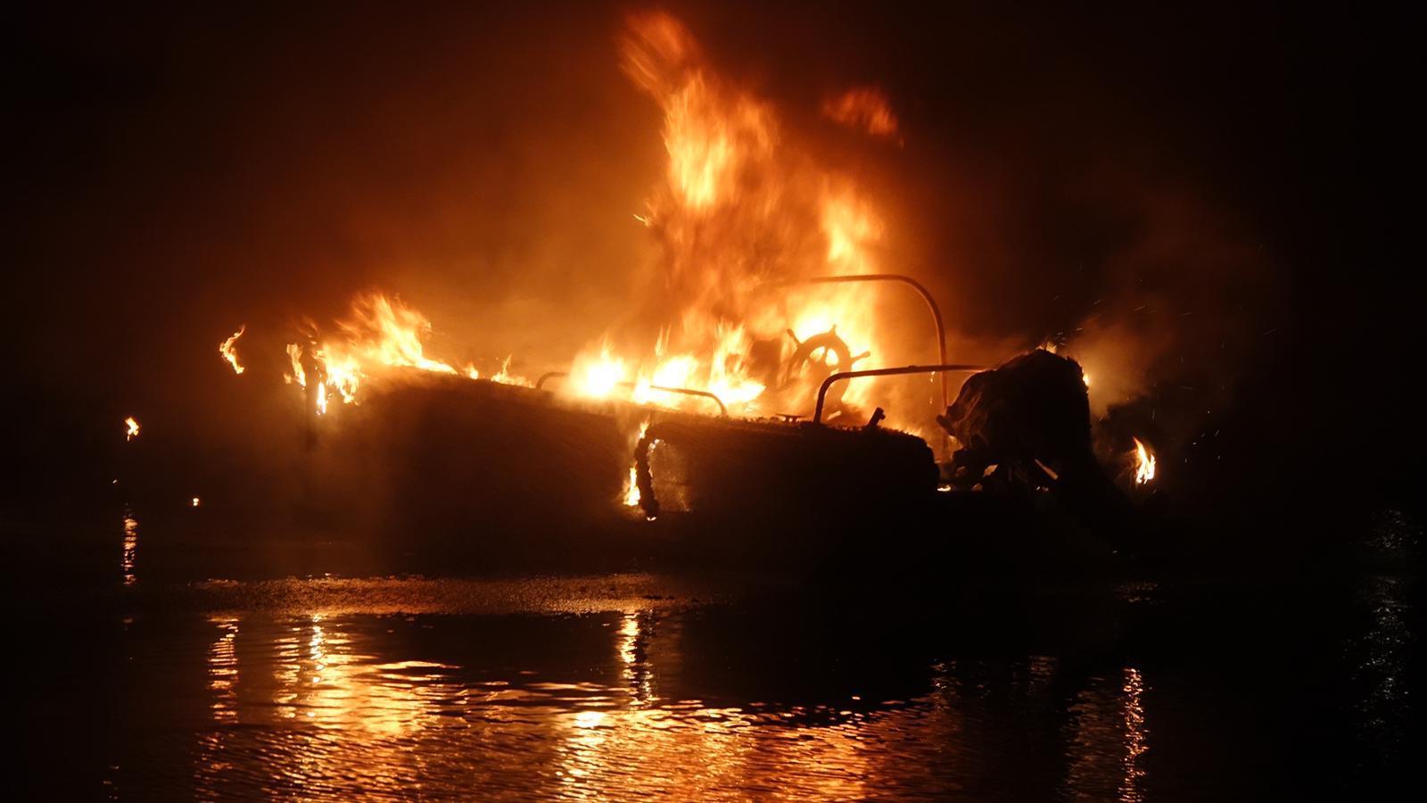 Verontwaardiging in Enkhuizen: plezierbootje van 79-jarige in brand gestoken door jongens
