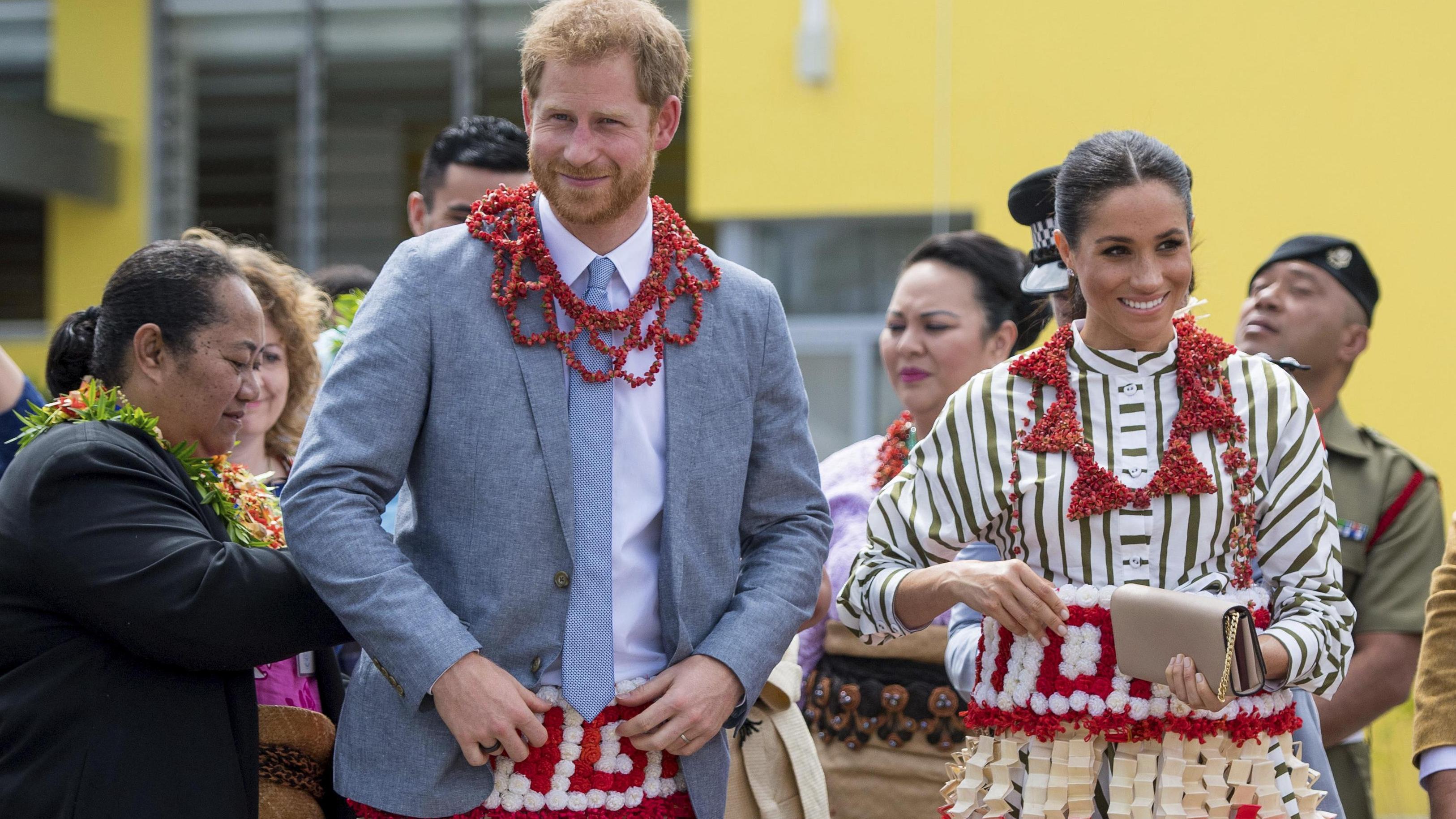 692c60076f28d1 Meghan draagt echt Tonga-rokje