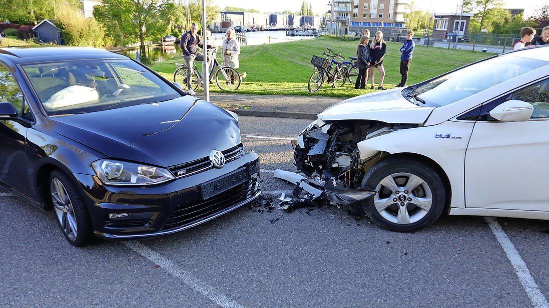 Jong meisje gewond bij botsing tussen twee auto's in Medemblik; moeder 'onder invloed'