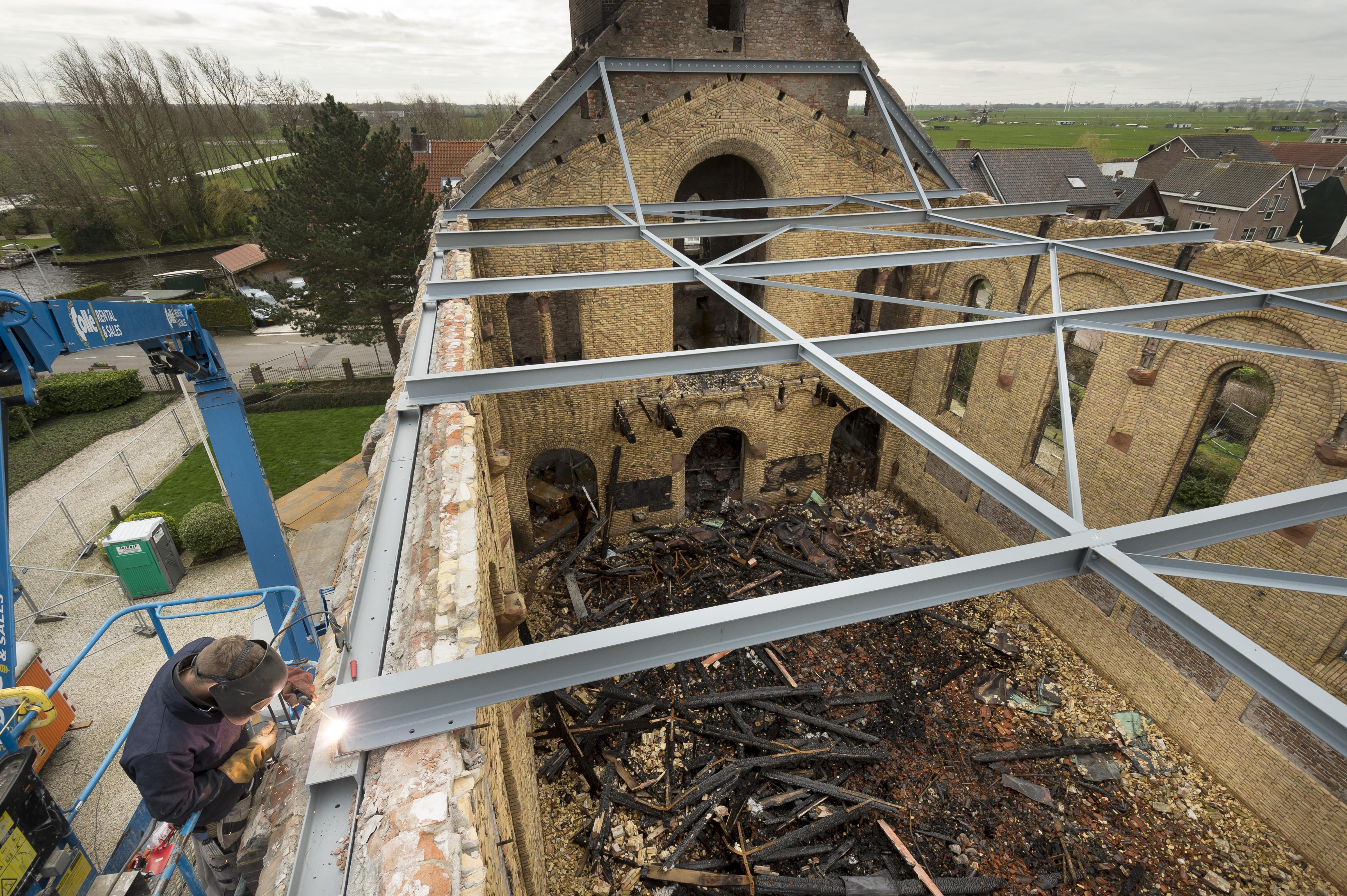 Katholieke kerk Hoogmade is nu bijna 'veilig gesteld' dankzij een enorme stalen constructie