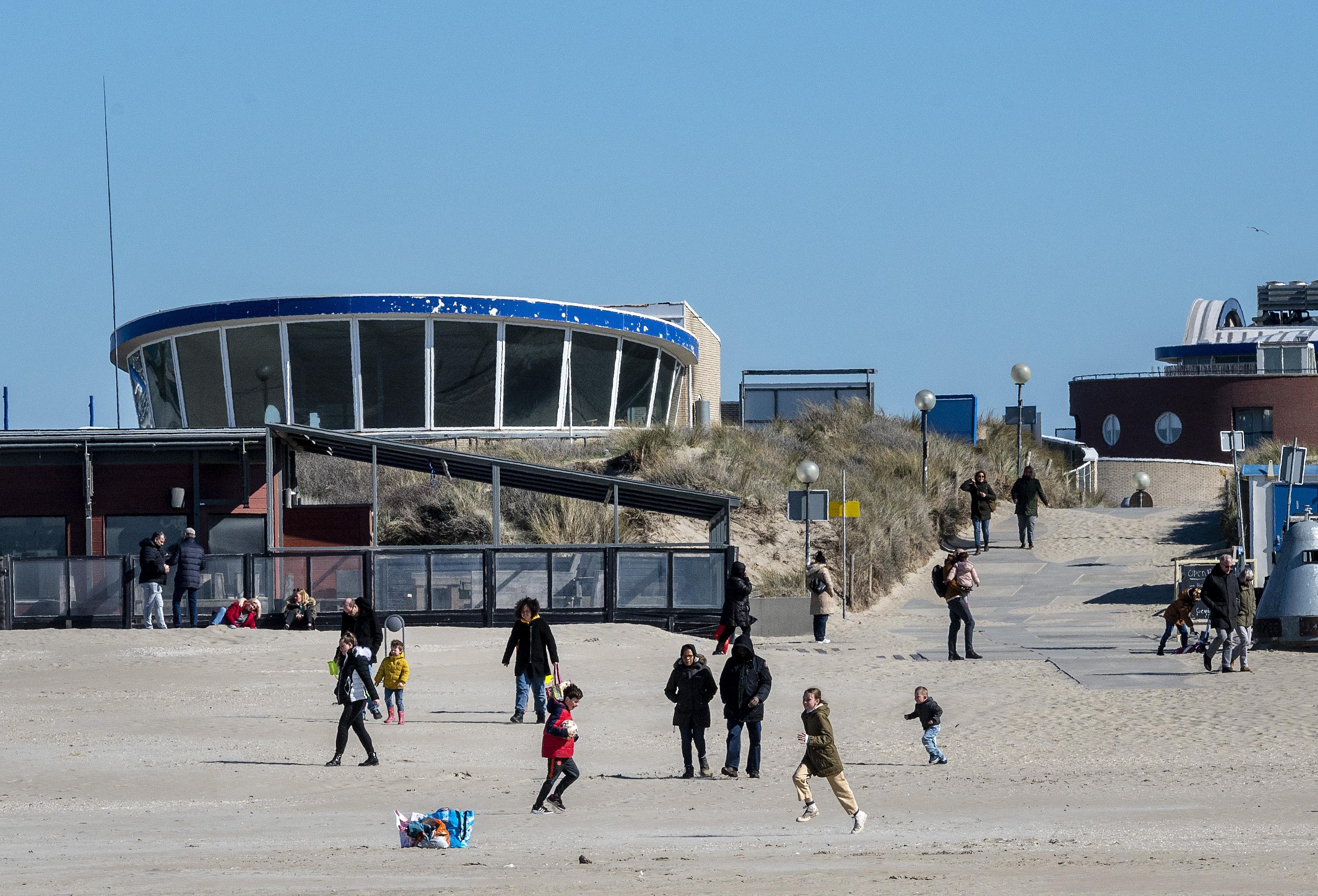 Afstand houden op het strand: 'Anderhalve meter graag!'