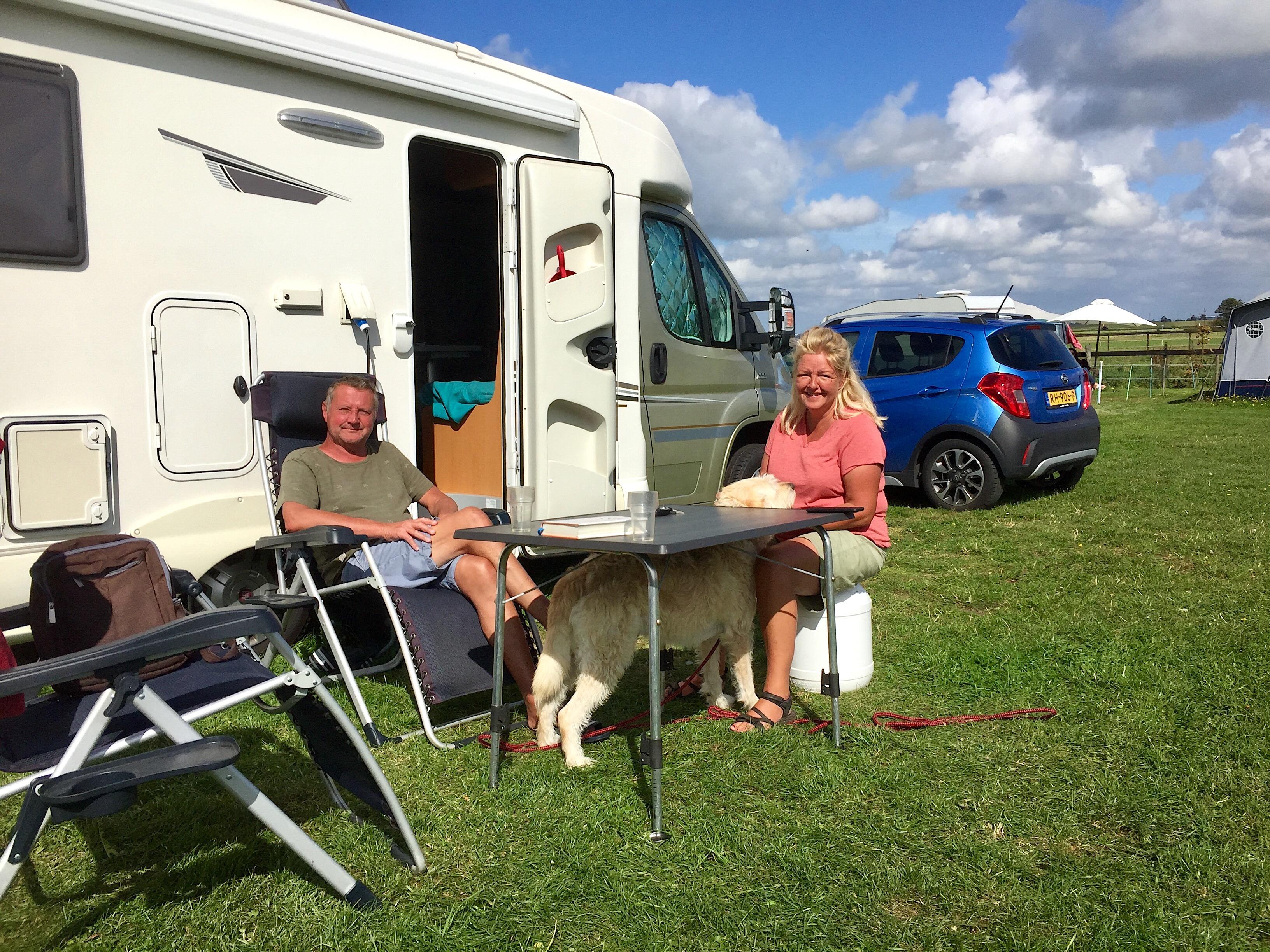Onderweg: Leonie en Erik Berkman uit Alkmaar kamperen bij Boer Mekken in Camperduin. Simpel, maar prima