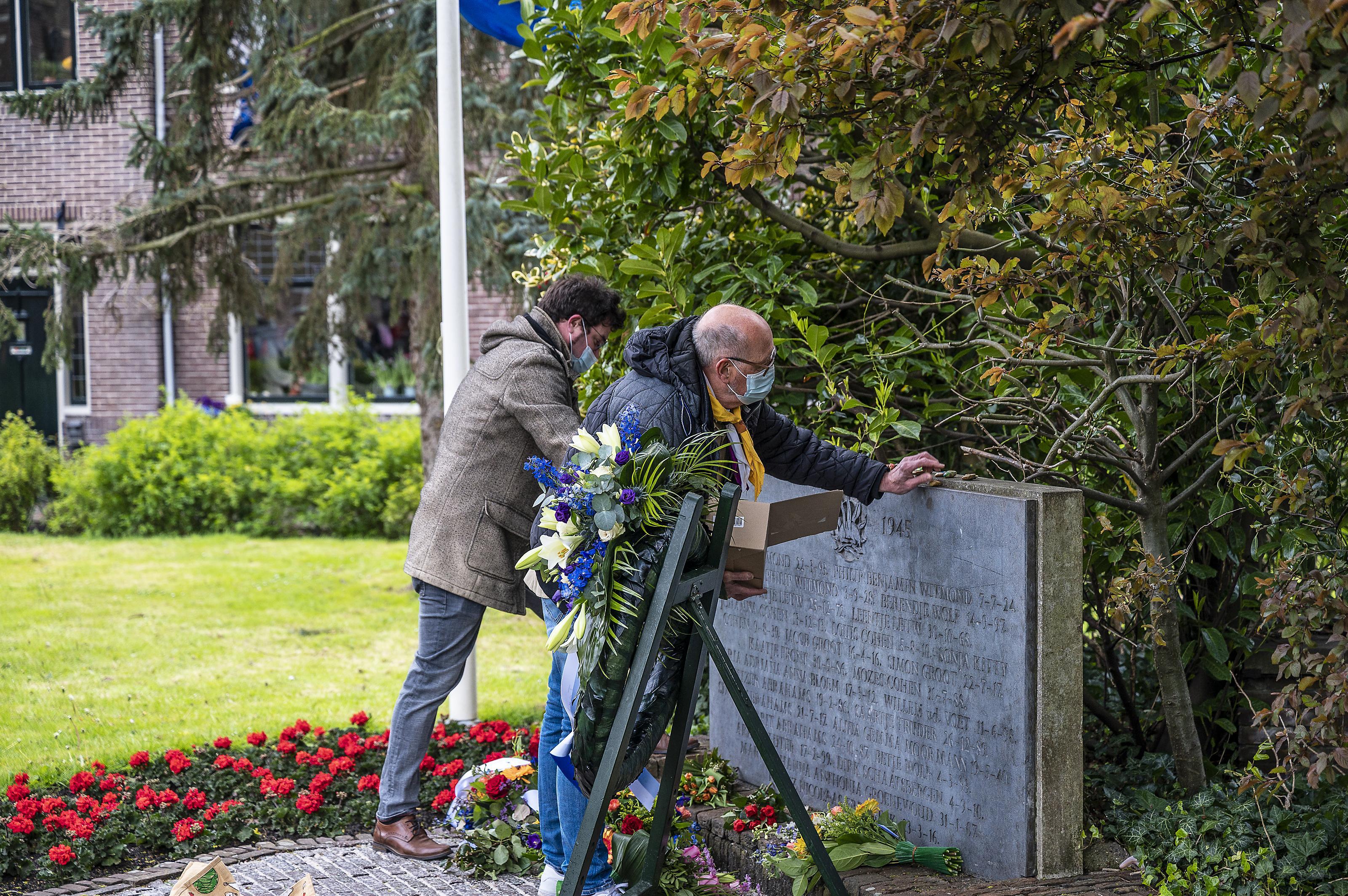 Scoutinggroep Waterland legt beschilderde stenen neer bij monument in Monnickendam