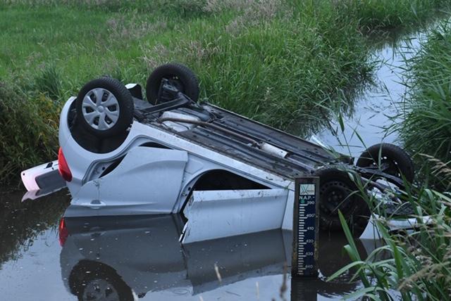 Auto te water in Roelofarendsveen, bestuurder mee naar bureau