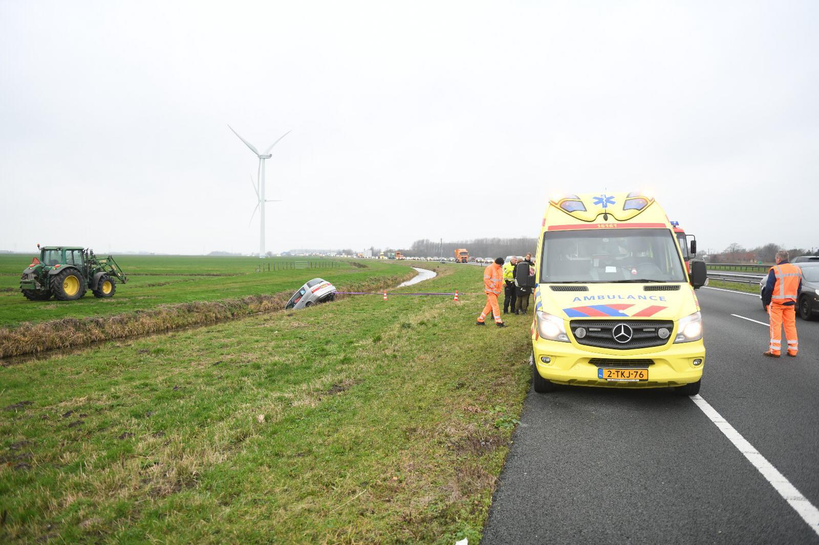 Auto in de sloot langs Rijksweg N11