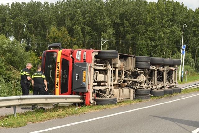 Vrachtwagen gekanteld op N209 in Hazerswoude [video]