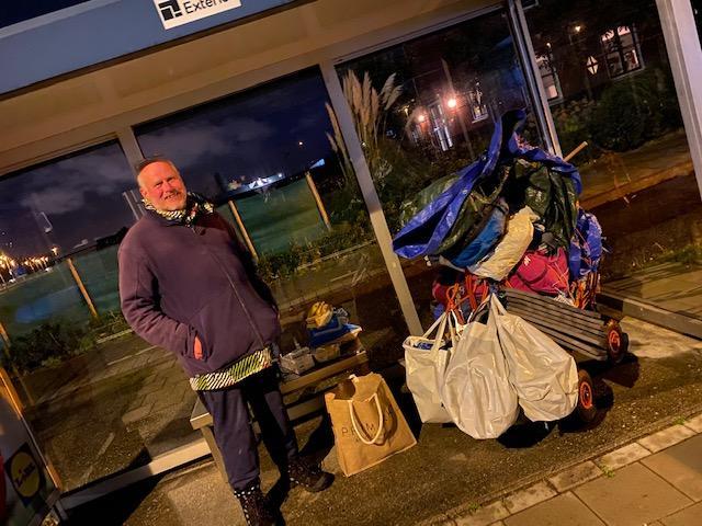 Dakloze 'Willem' krijgt een bakfiets met een aanhanger dankzij inzamelingsactie van vier vrouwen: 'Hij heeft het zwaar, hij heeft hulp hard nodig'