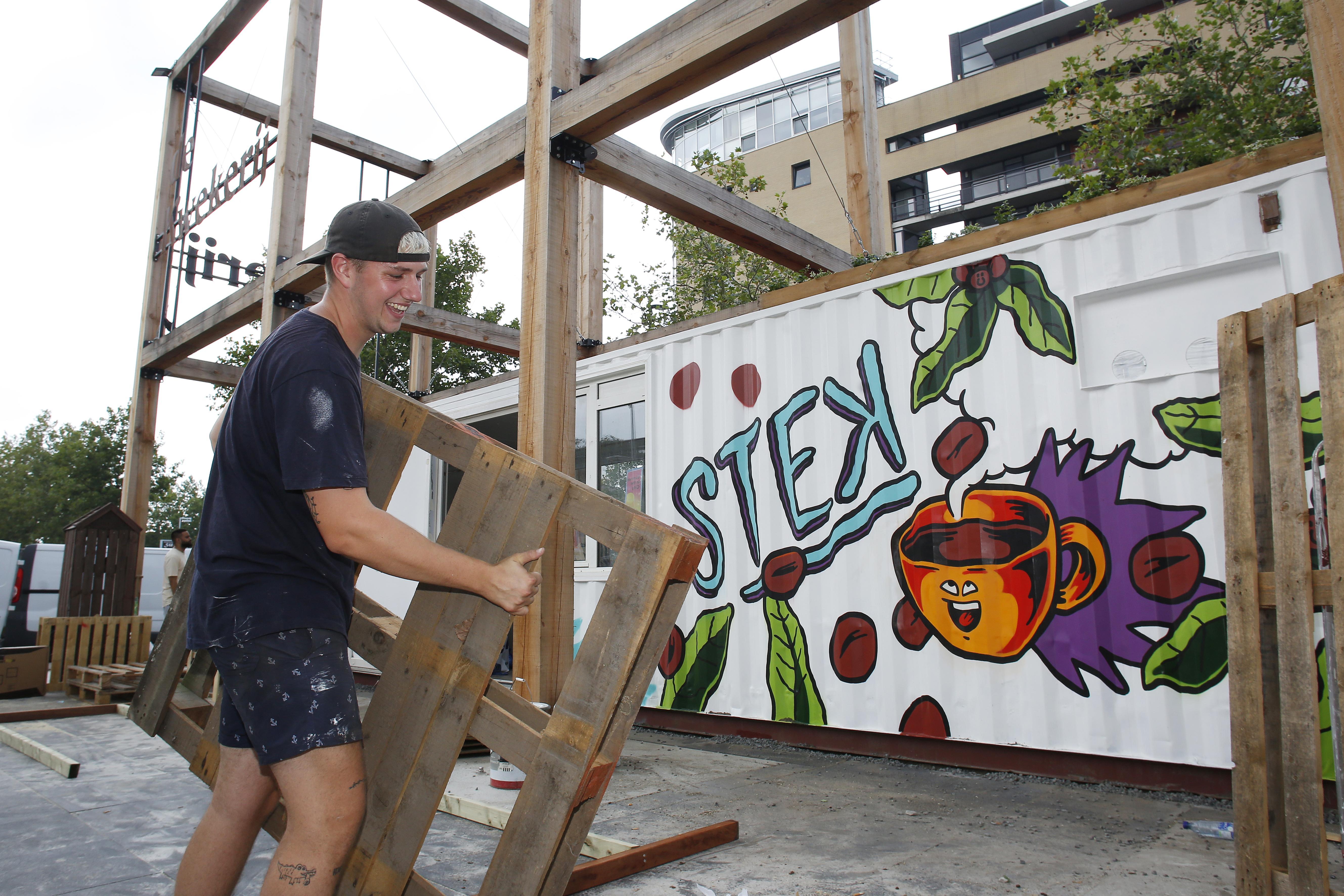 Een bakkie doen in een hippe zeecontainer. Met zijn eigen koffietent Stek bij het station komt de droom van David (21) uit. 'Dit miste Hilversum'
