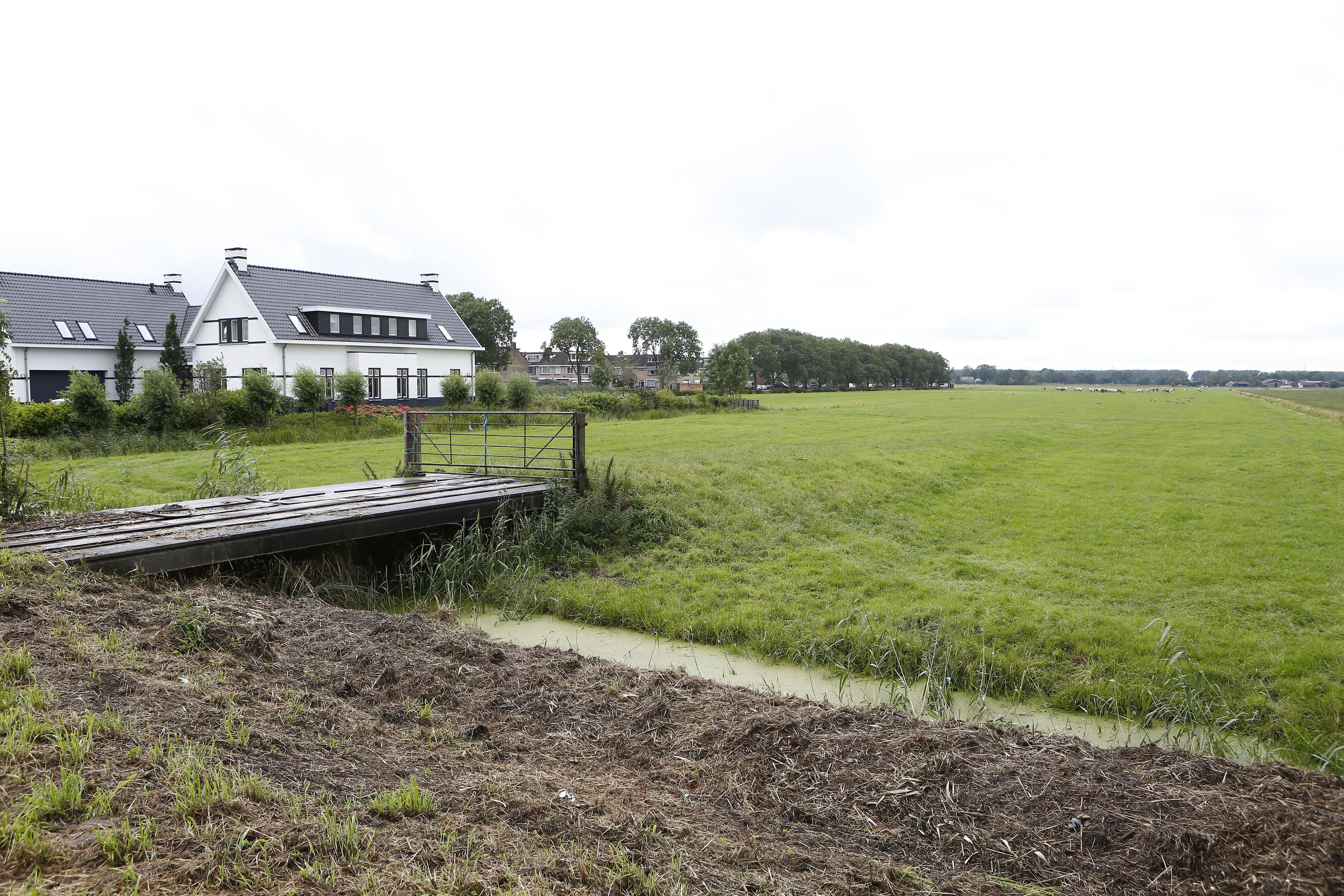 Hooglopende discussie rond nieuwbouw in polders Wijdemeren. Van 'ze moeten kunnen wonen bij de dorpen' tot 'meer huizen bij Hilversum'