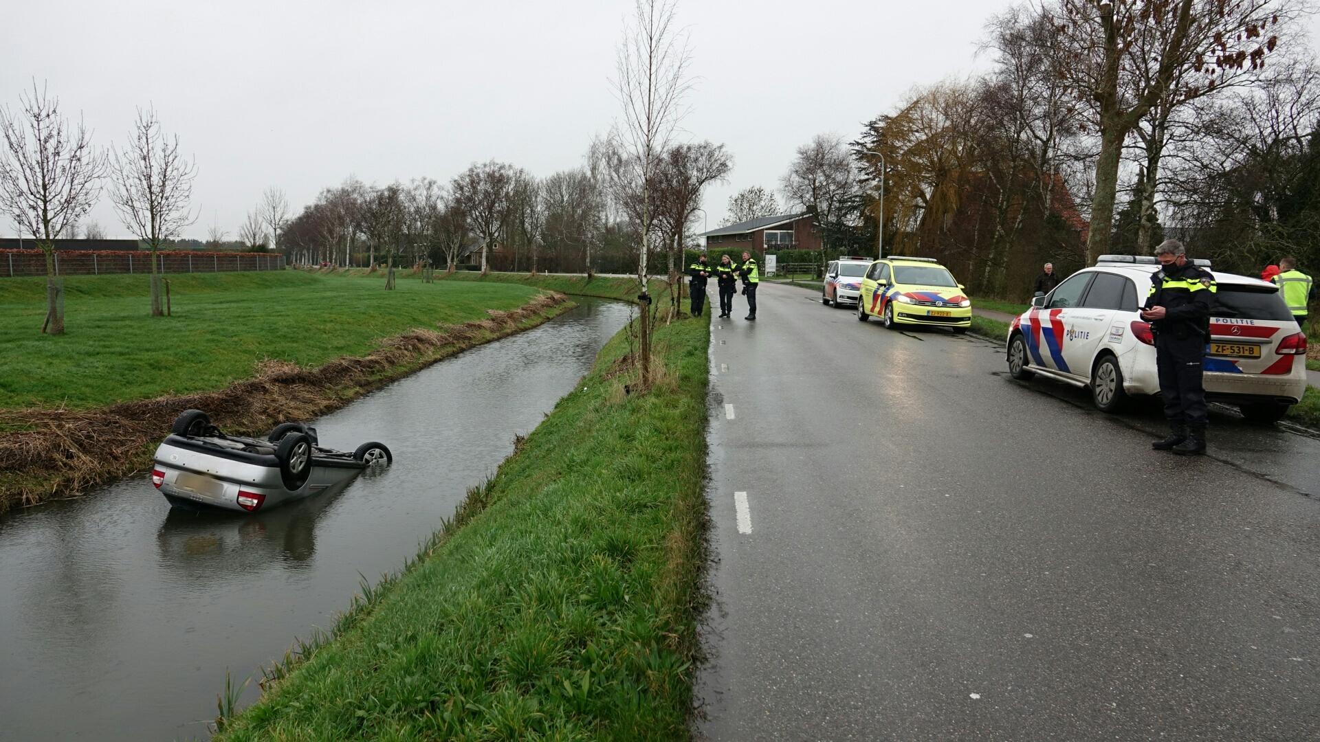 Auto belandt in het water in Oosterblokker
