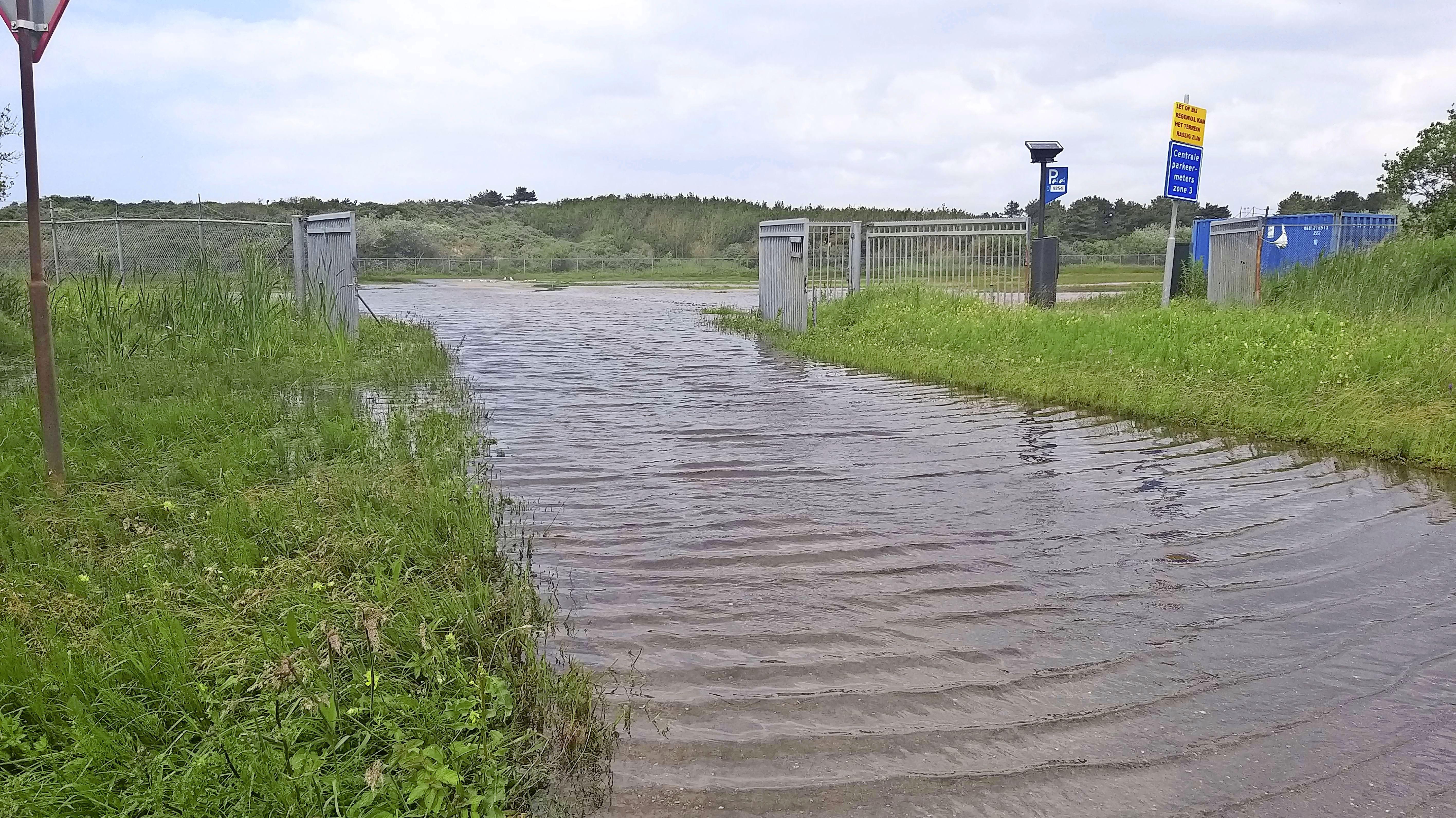 Parkeerterrein bij IJmuiderslag is veranderd in een binnenmeer
