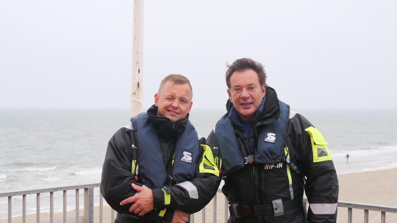 Met Gerard Joling is het altijd lachen. Ook tijdens een bloedserieuze oefening van de reddingsbrigade in Callantsoog. 'Het was weer eens wat anders', aldus 'Geer' [video]